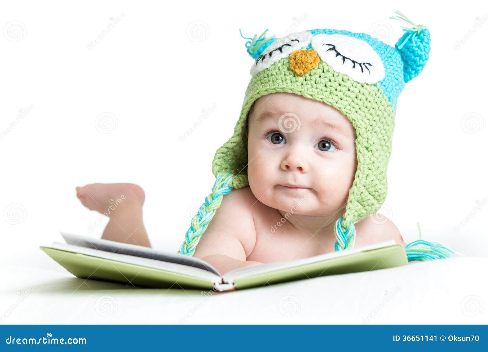 Bebê na coruja feita malha engraçada do chapéu com livro