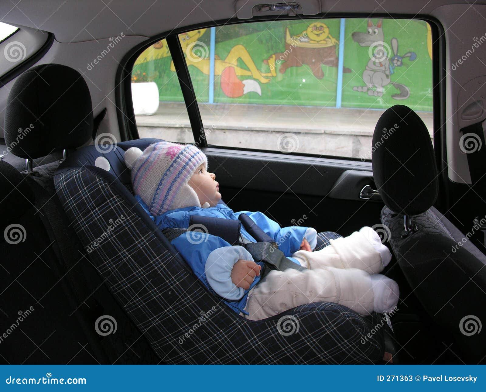 Bebê no carro com sonhos no indicador