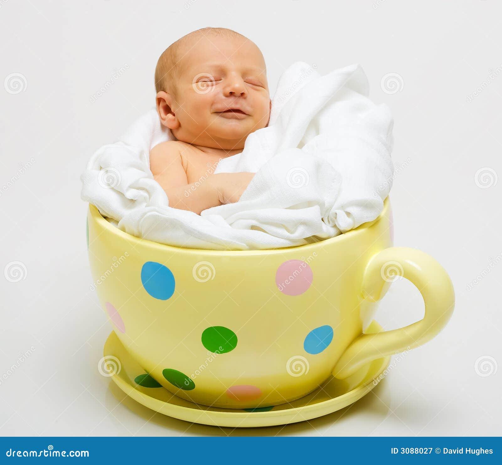 Bebê no copo manchado amarelo