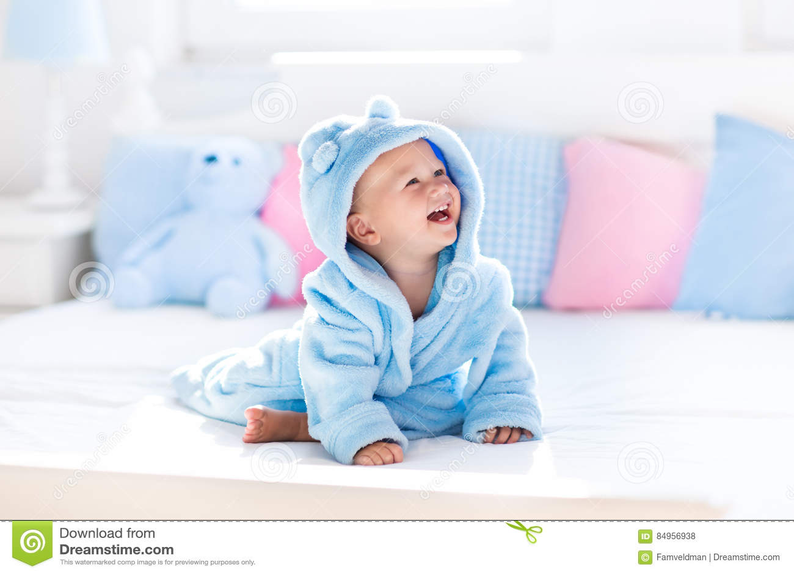 Bebê no roupão ou na toalha após o banho
