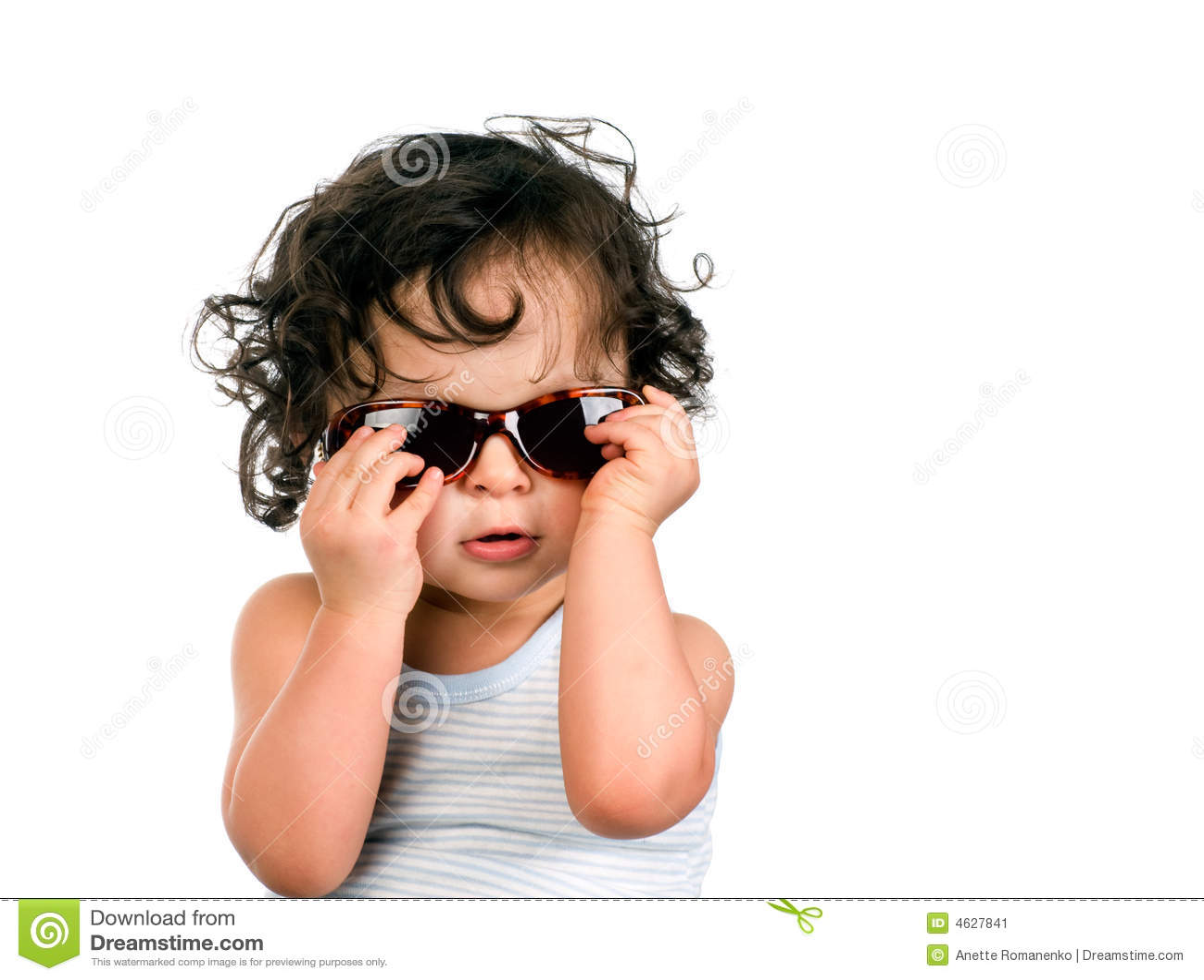 Bebê nos óculos de sol.
