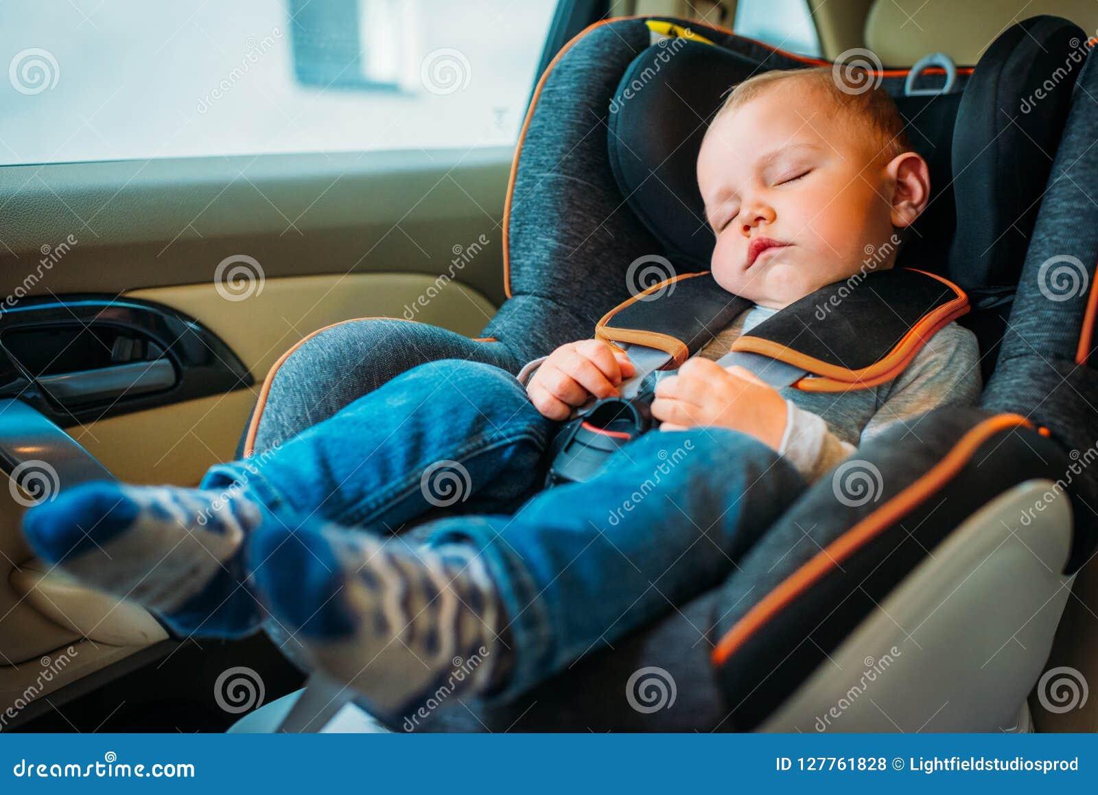Bebê pequeno bonito que dorme na criança