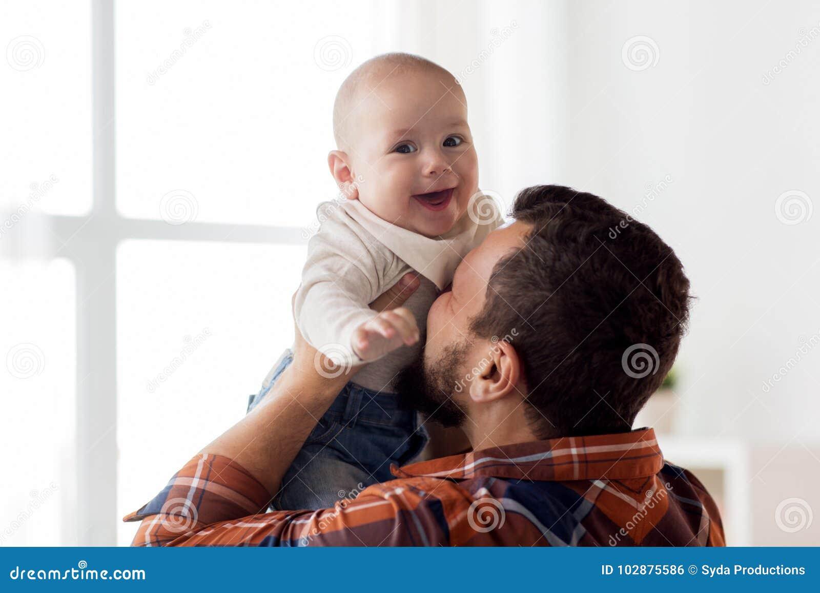Bebê pequeno feliz com pai