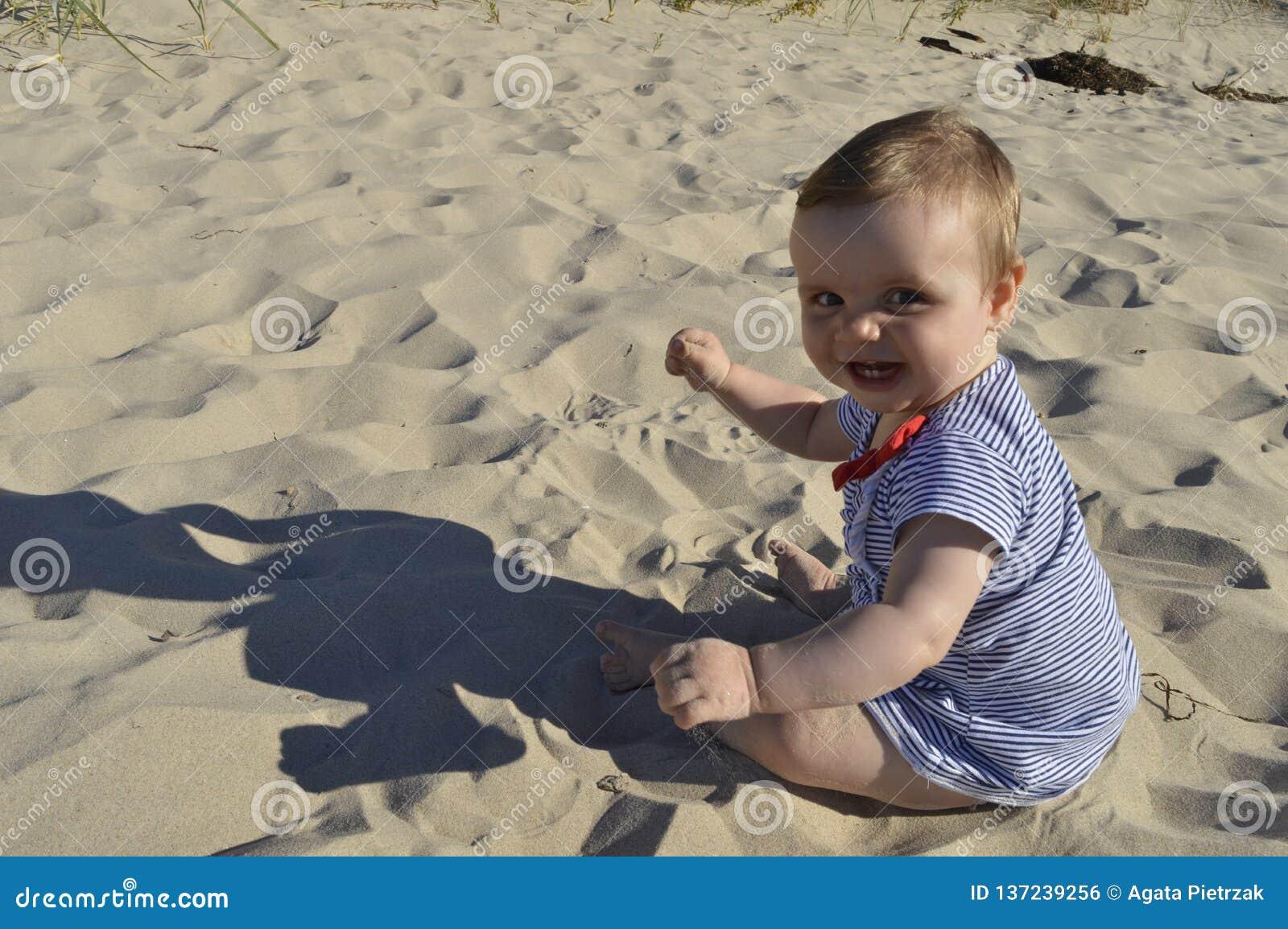 Bebê pequeno na praia