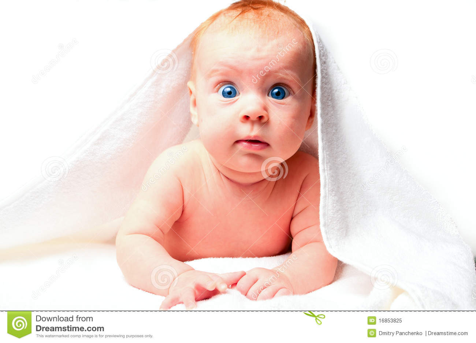 Bebê pequeno na toalha branca