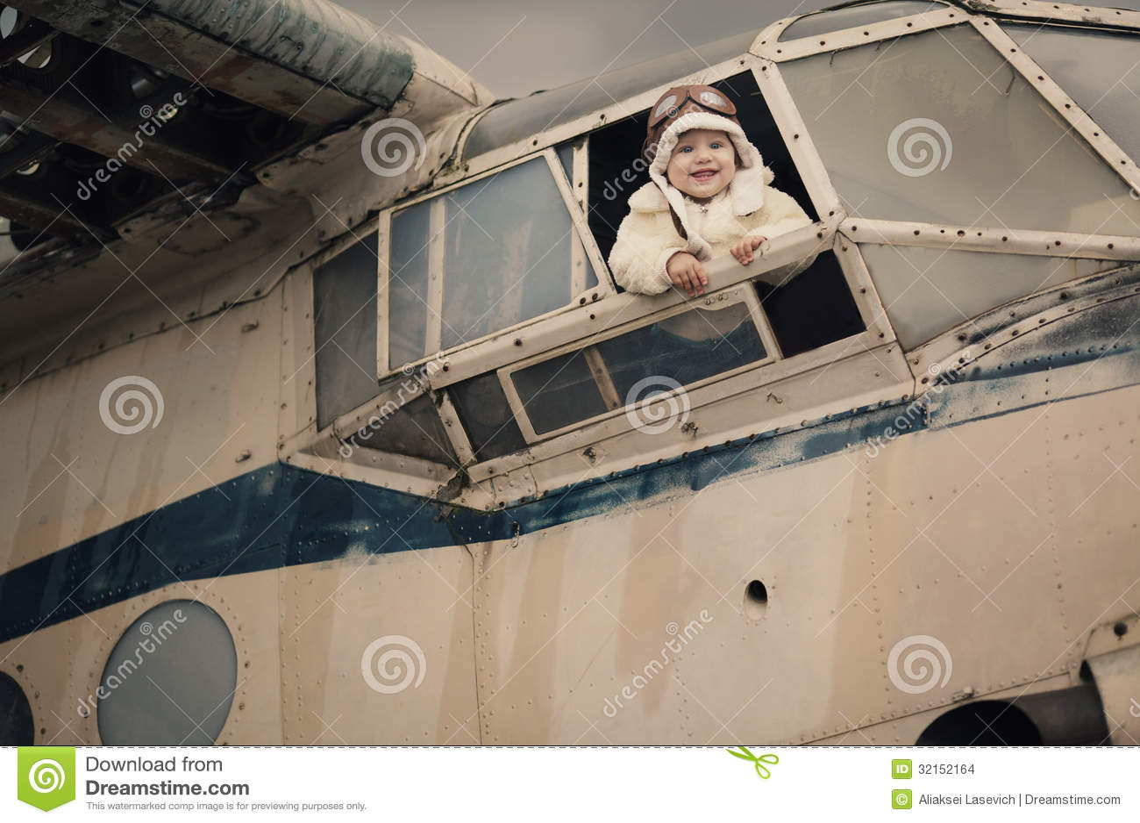 Bebê pequeno que sonha de ser piloto