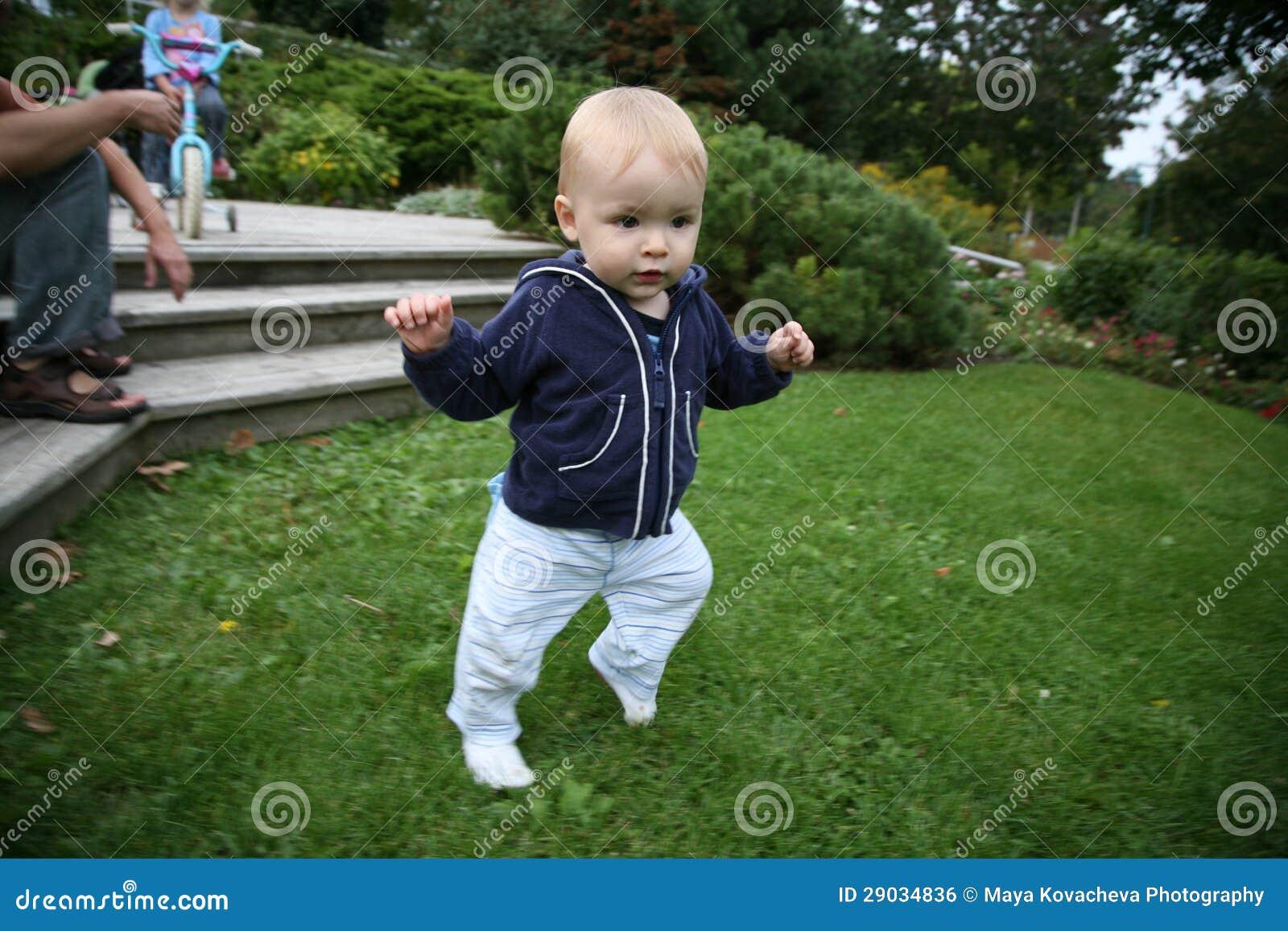 Bebê que aprende andar