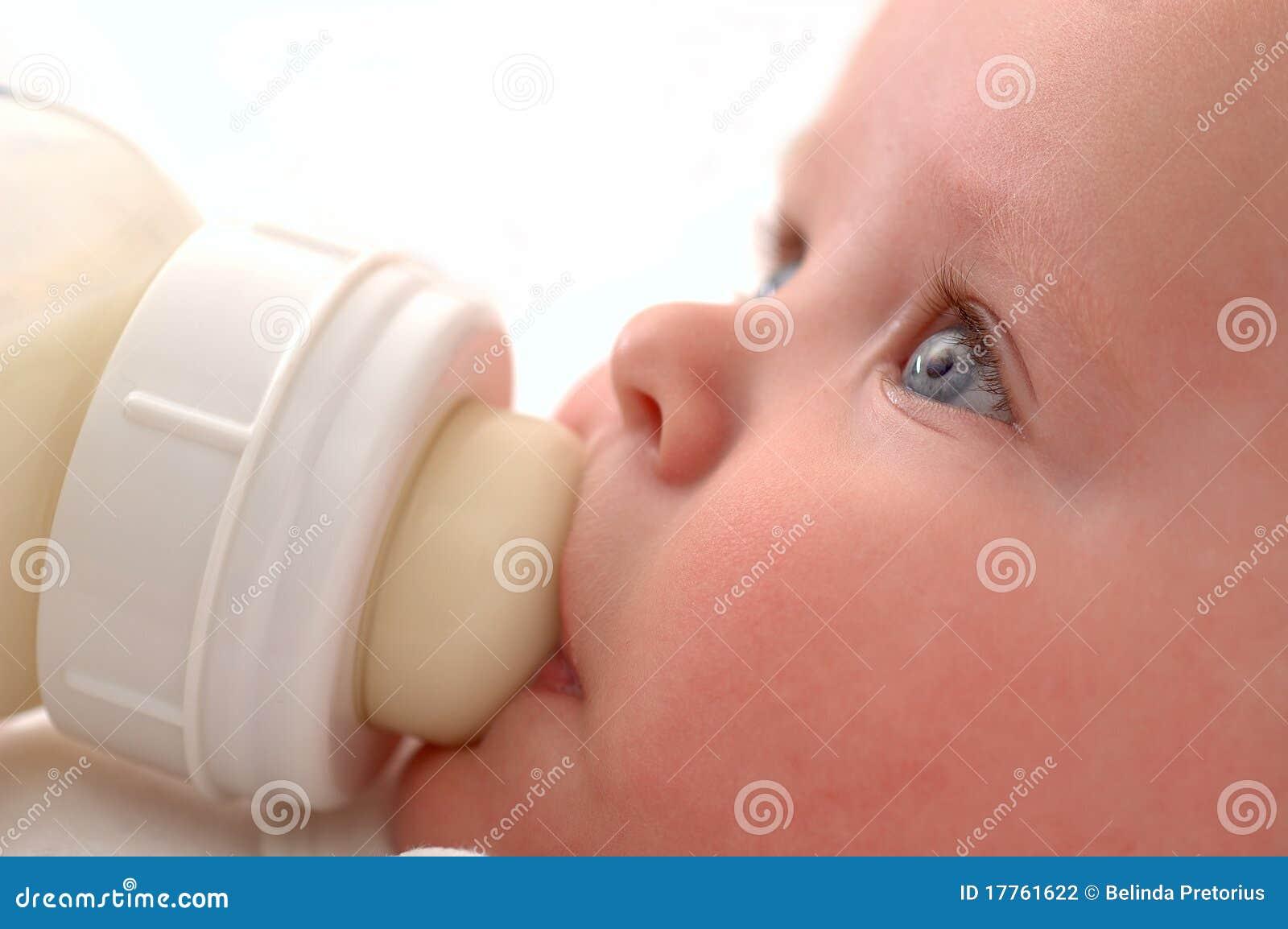 Bebê que bebe seu frasco