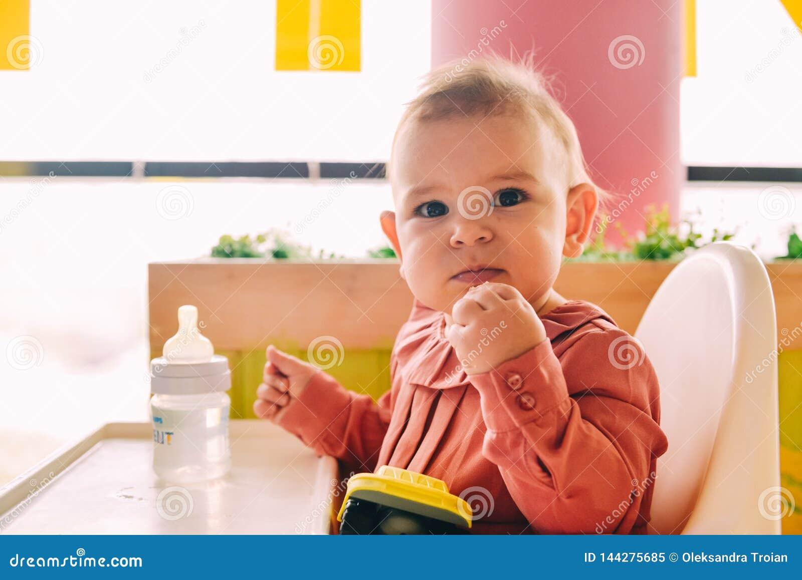 Bebê que come só no cadeirão