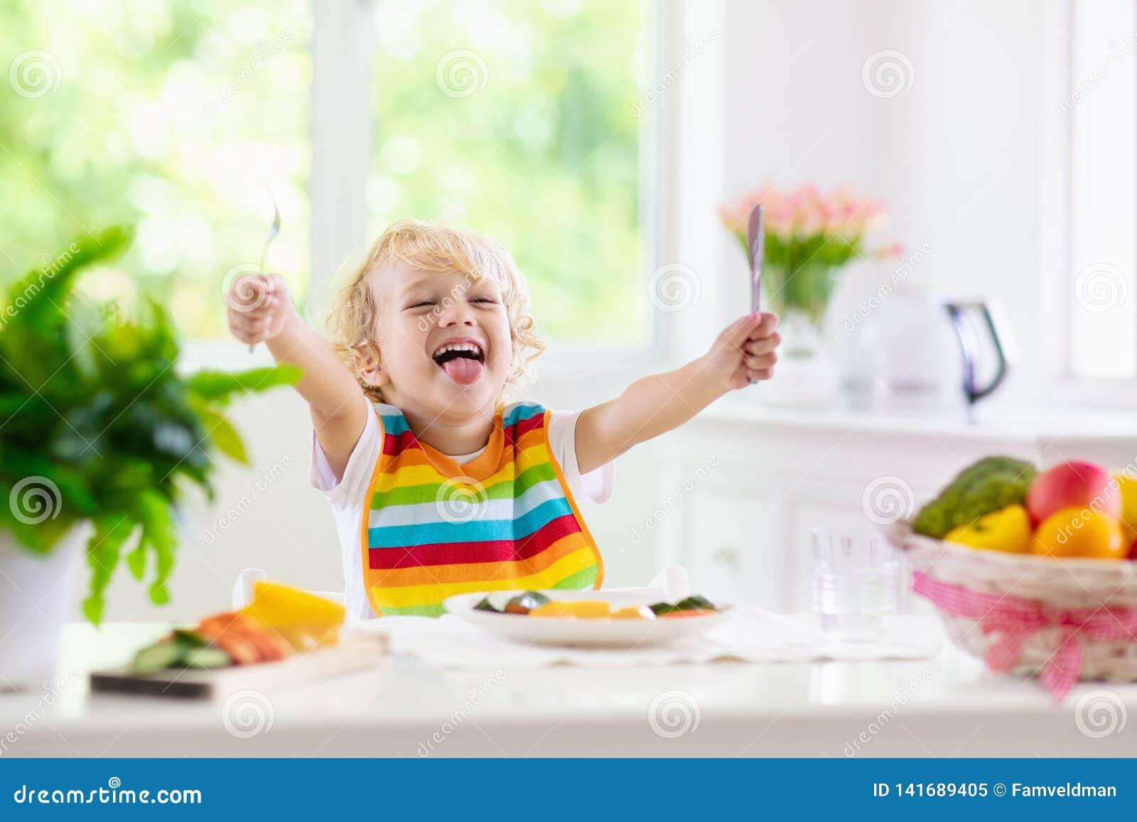 Bebê que come vegetais Alimento contínuo para o infante