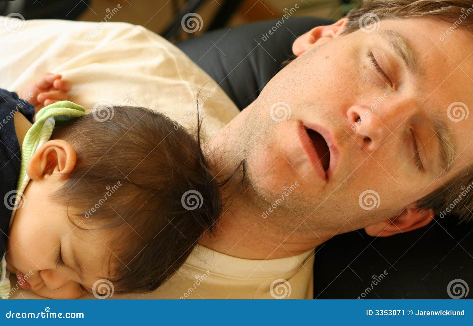Bebê que dorme na caixa do paizinho
