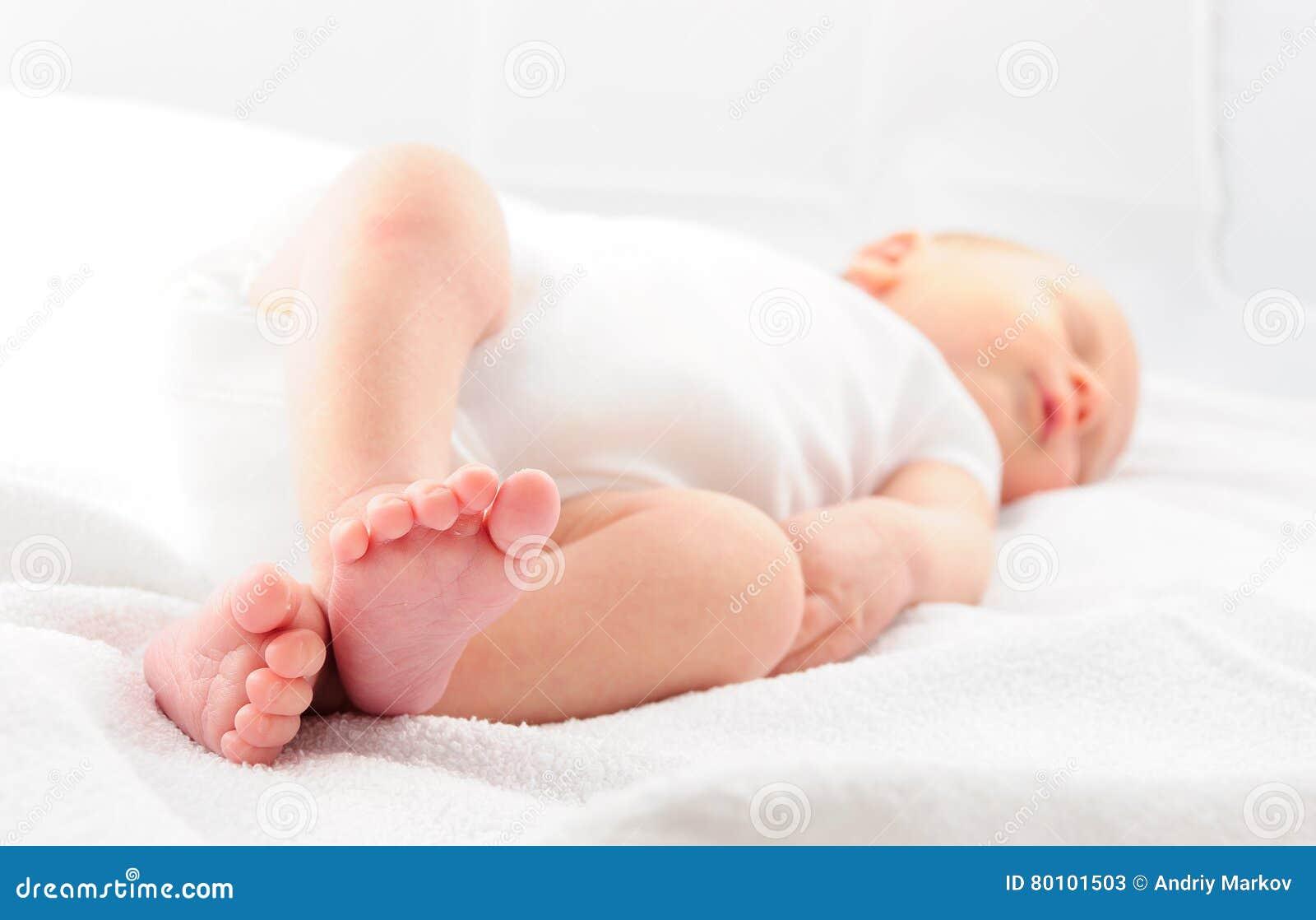 Bebê que dorme na cobertura