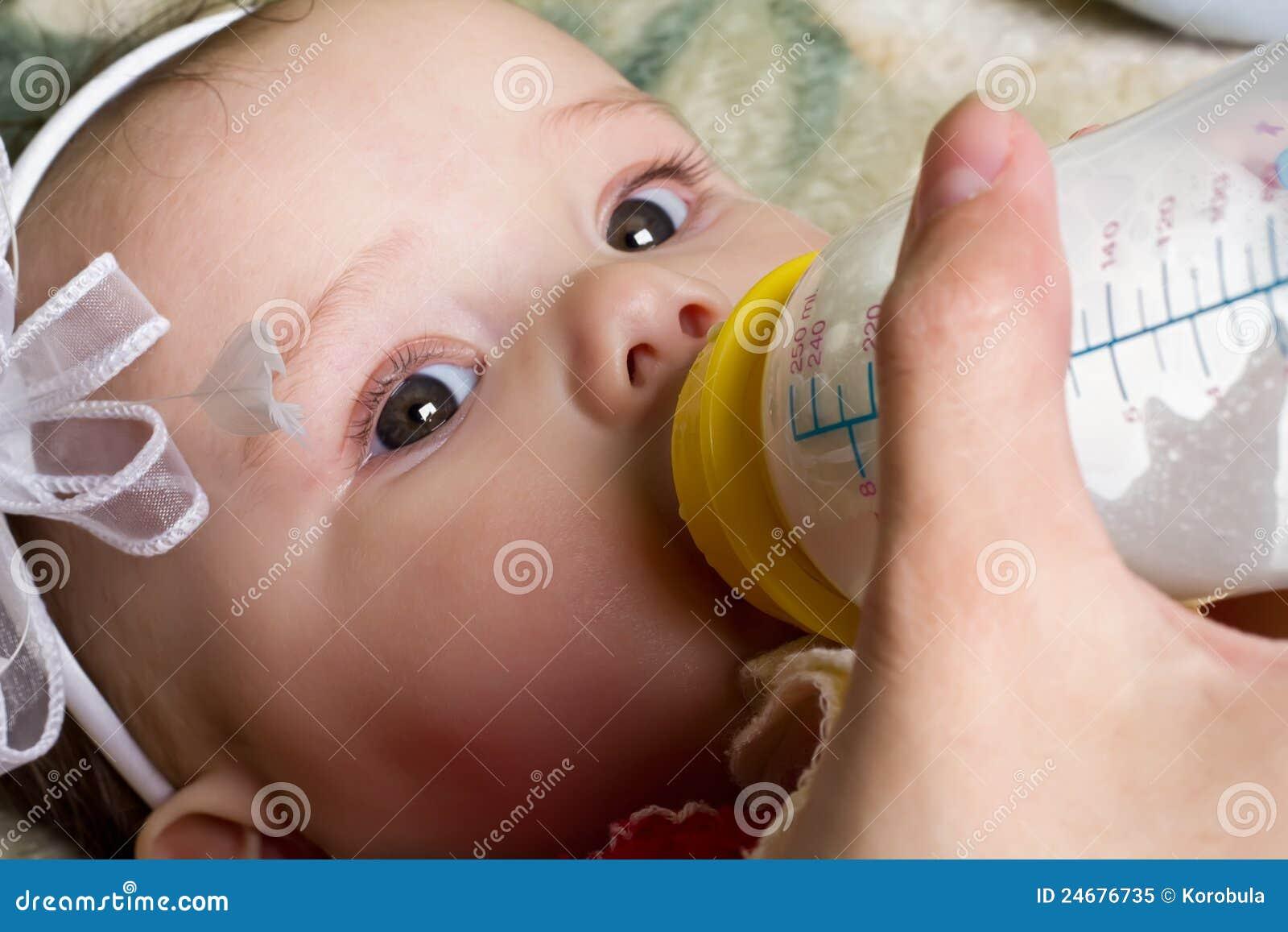 Bebê que está sendo alimentado o comida para bebé