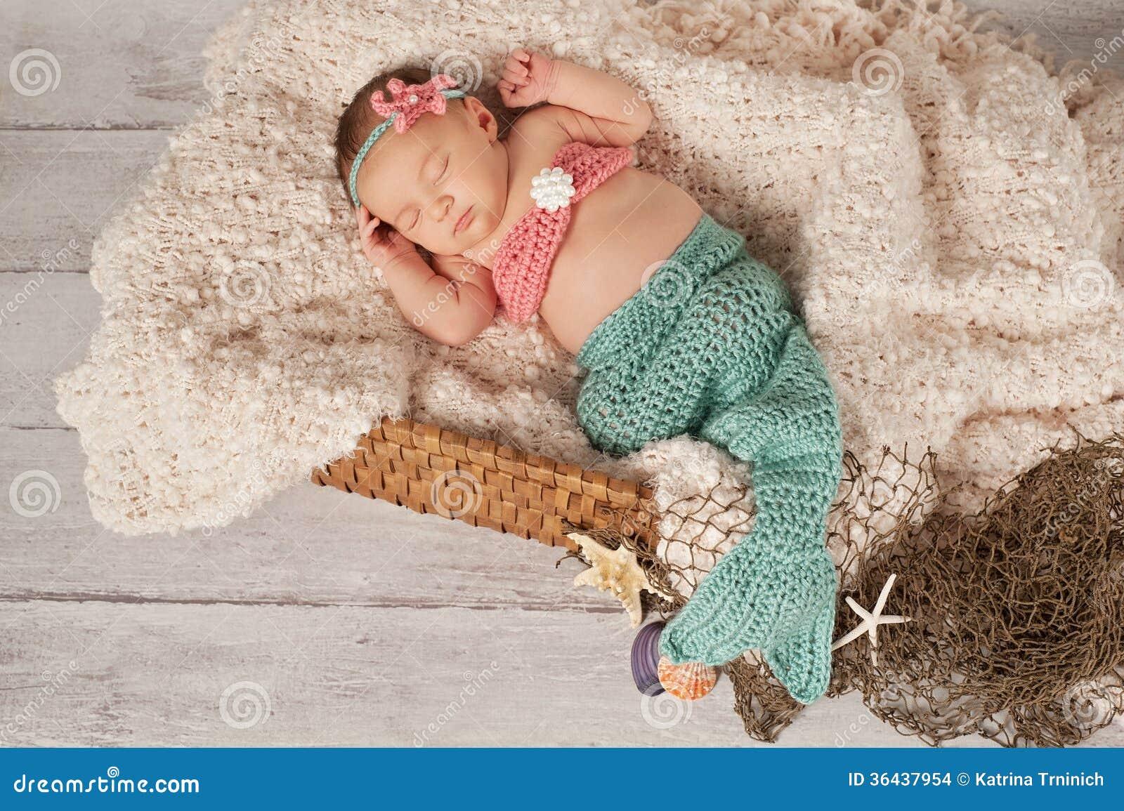 beb rec m nascido em um traje da sereia imagens de stock. Black Bedroom Furniture Sets. Home Design Ideas