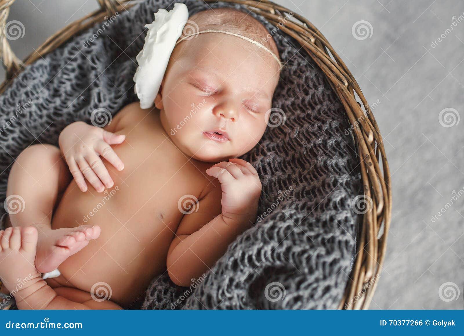 Bebê recém-nascido em uma cesta de vime redonda