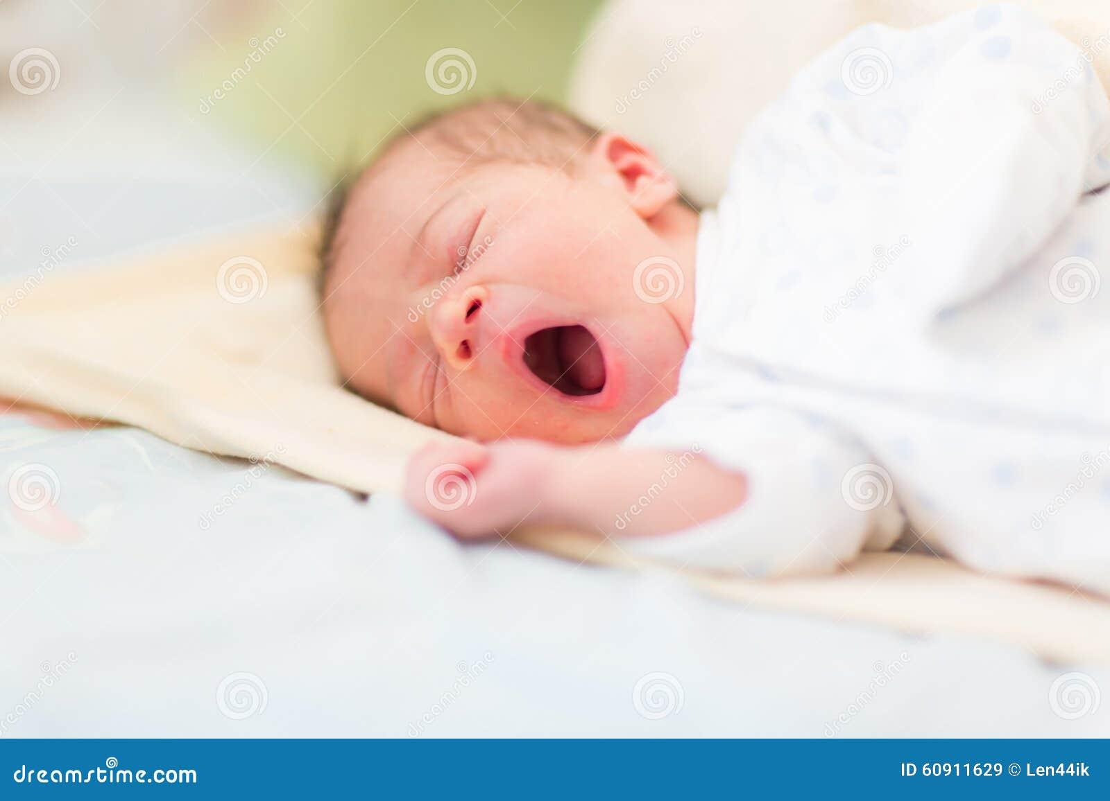 Bebê recém-nascido que dorme, 3 dias velho