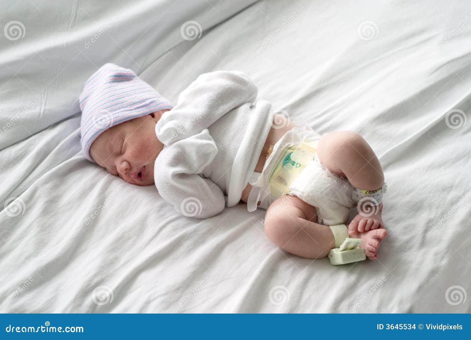 Bebê recém-nascido que dorme no hospital