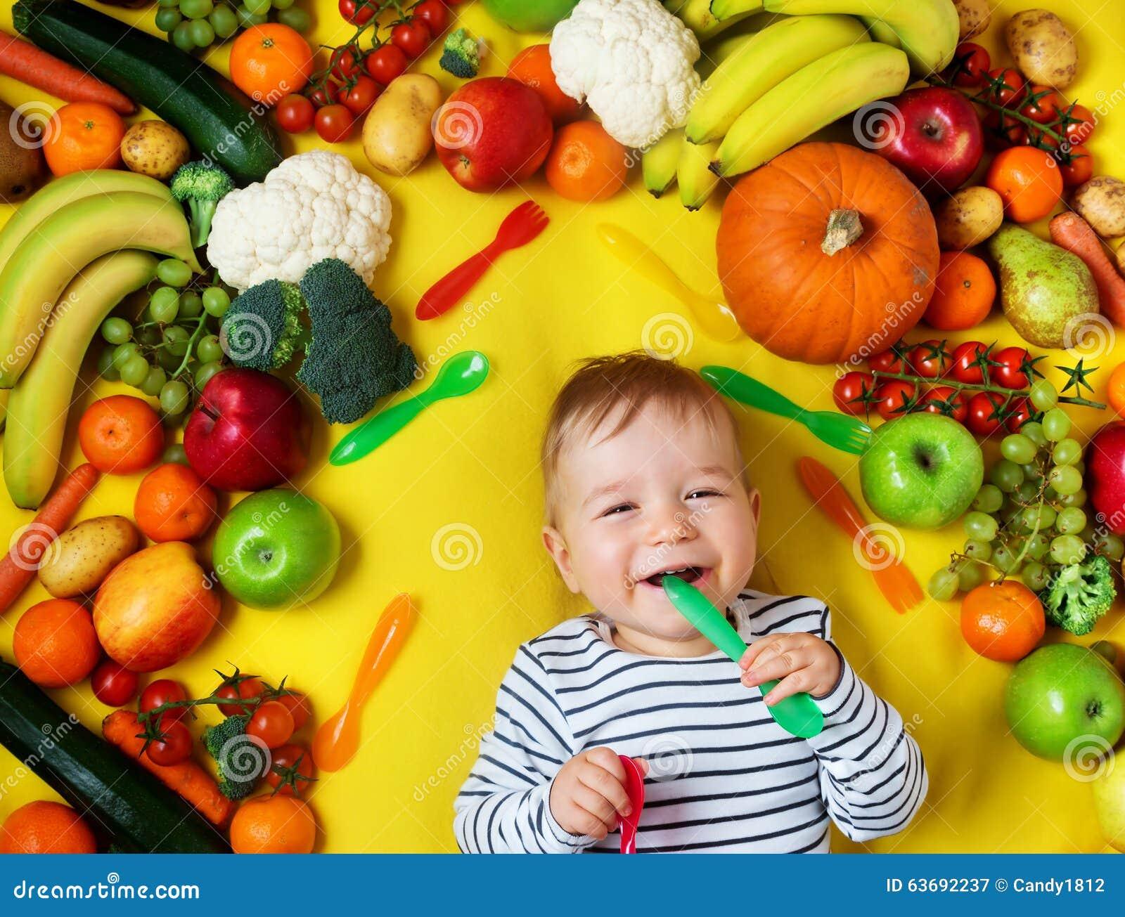 Beb cercado com frutas e legumes foto de stock imagem for Comedor de frutas para bebe