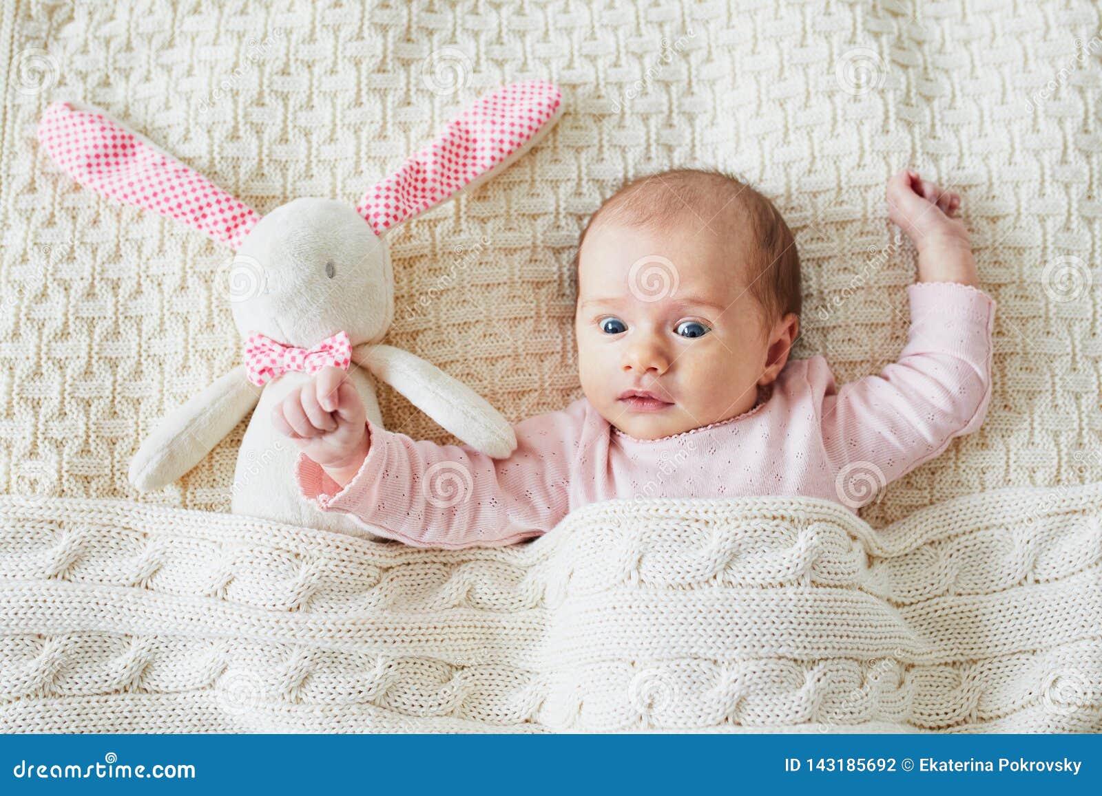 Beb? de un mes con el conejito rosado