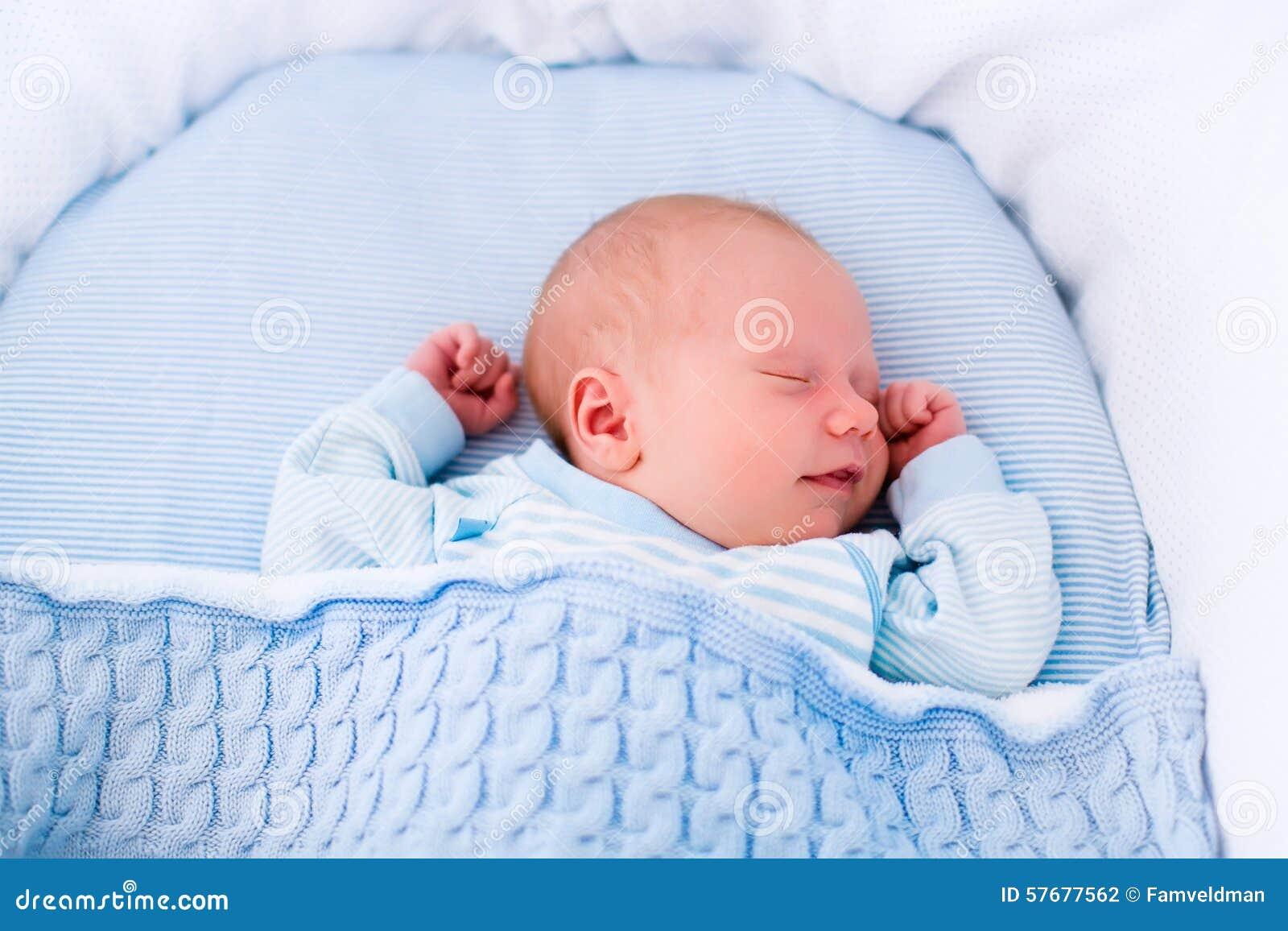 Beb reci n nacido en la cuna blanca foto de archivo - Cunas para bebes recien nacidos ...
