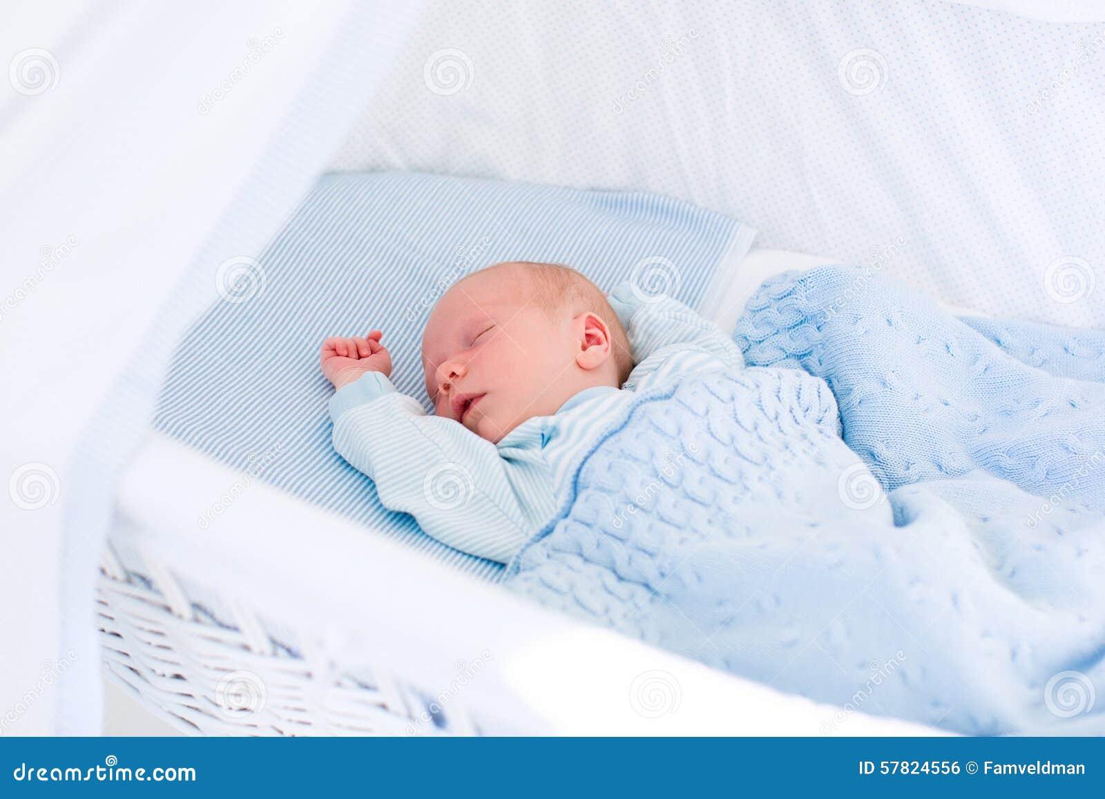 Beb reci n nacido en la cuna blanca foto de archivo - Cunas recien nacido ...