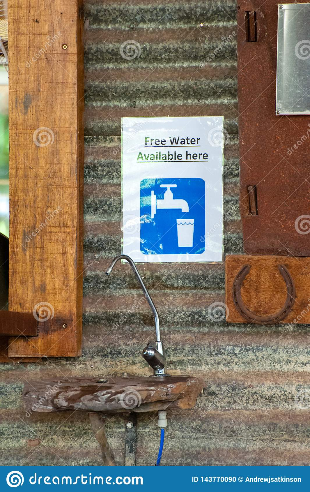 Bebedoiro automático da água ou torneira e sinal