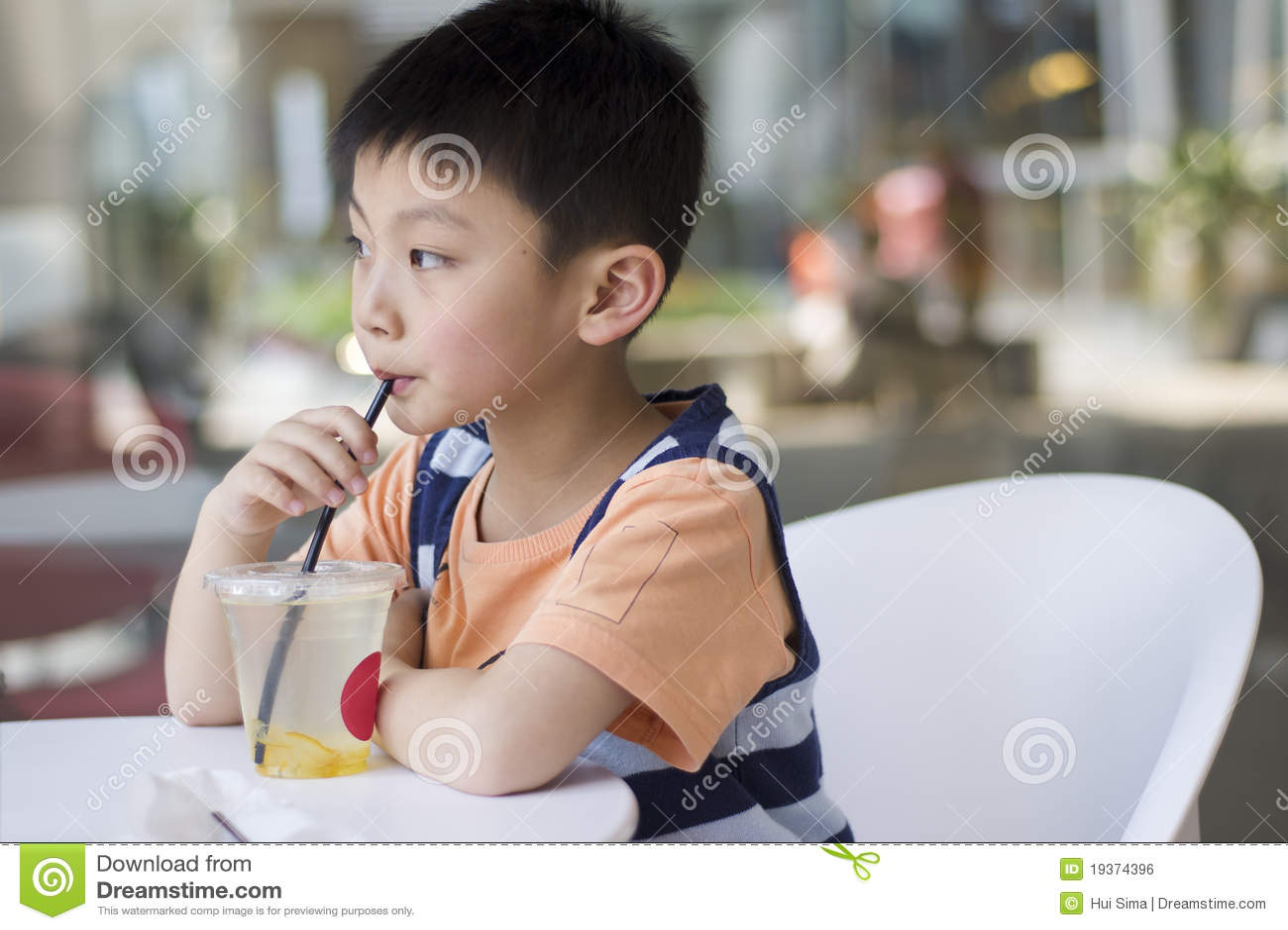 Beber chinês do menino