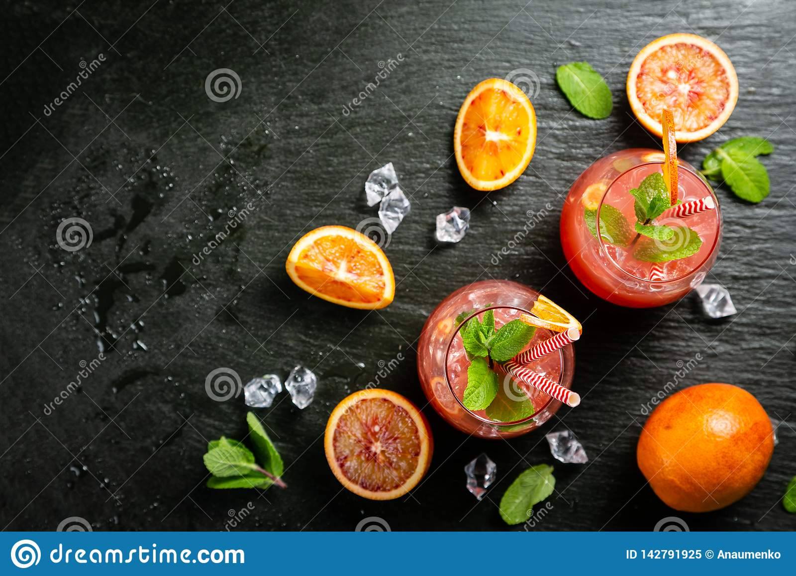 Bebida alaranjada ensanguentado e ingredientes