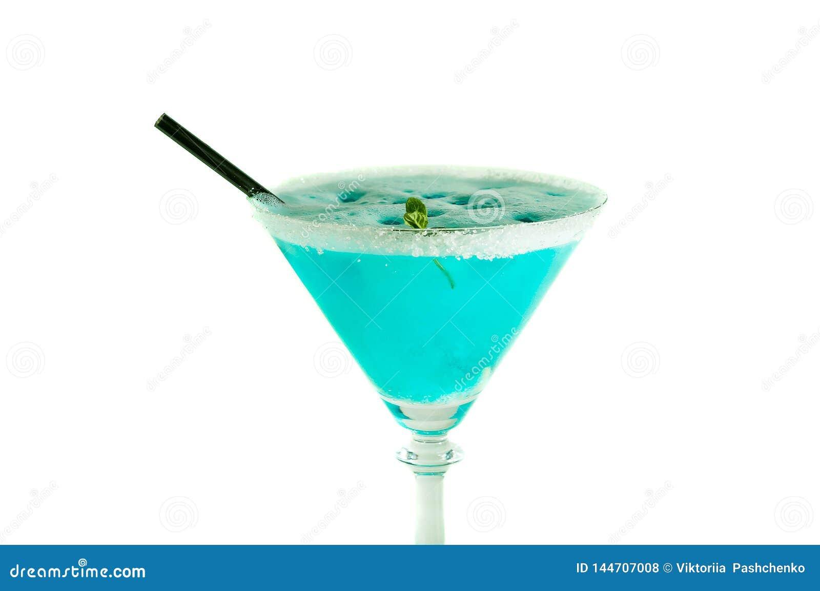 Bebida azul do álcool decorada com o açúcar e a vara preta isolados no branco