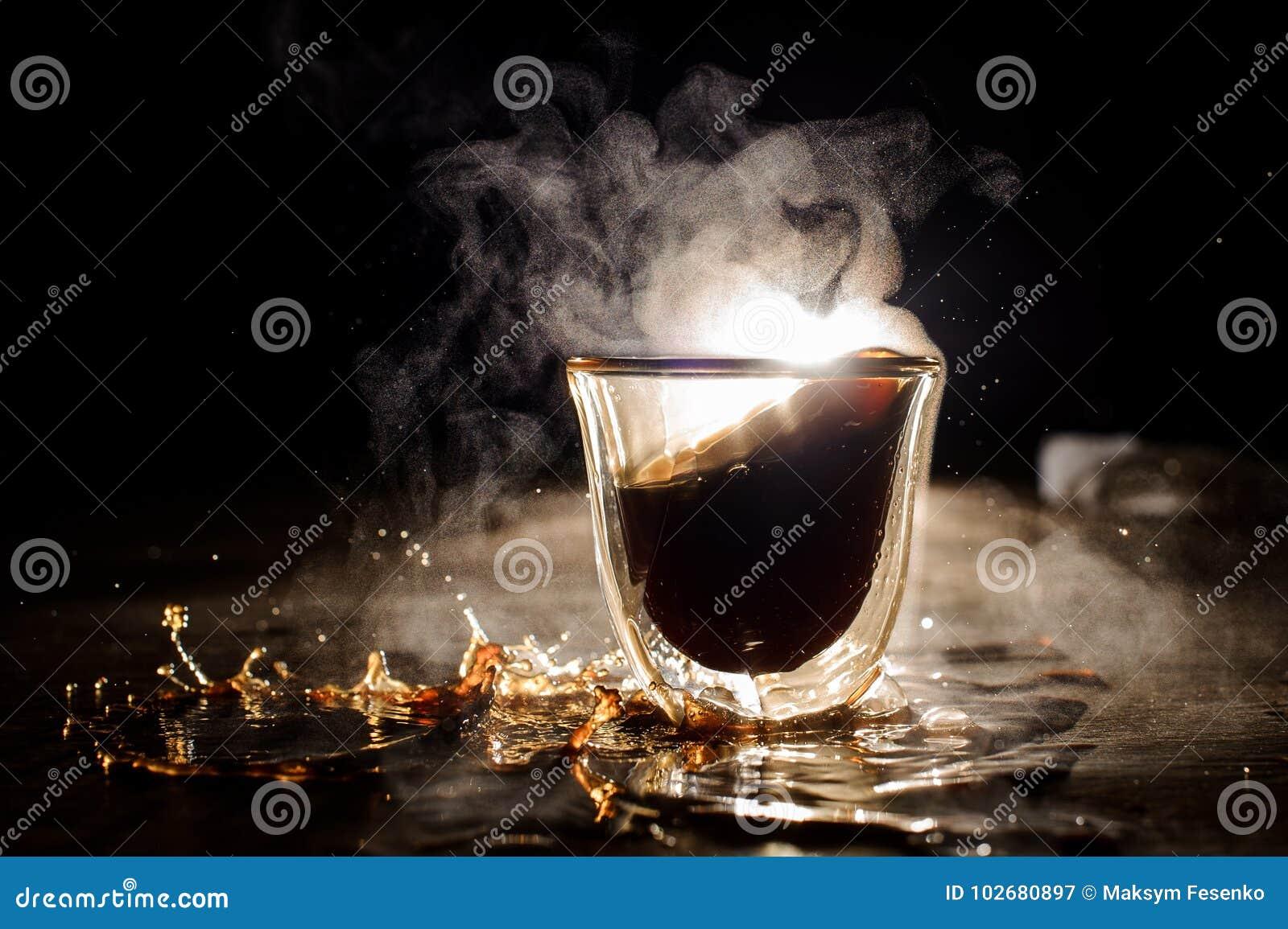 Bebida caliente desbordada del café de la taza de cristal