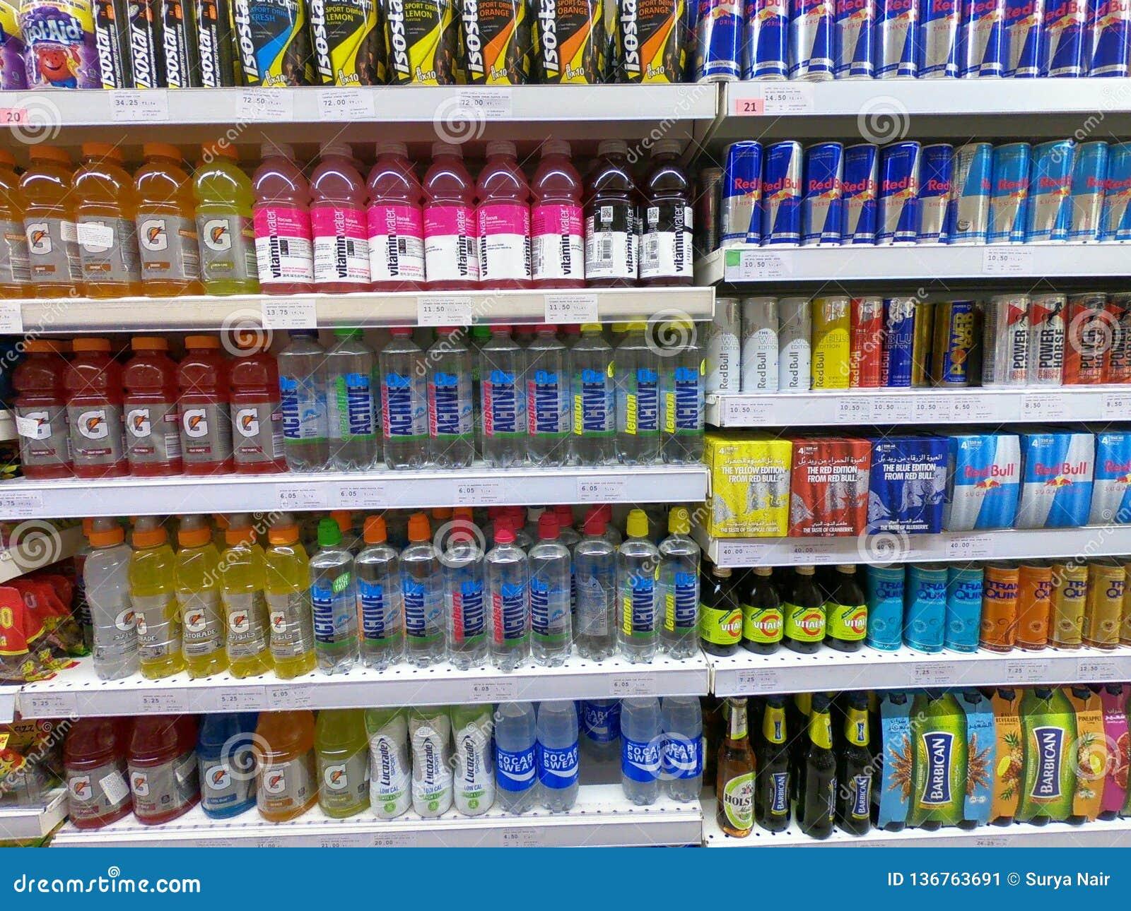 A bebida da energia, água da vitamina, Red Bull enlata no supermercado