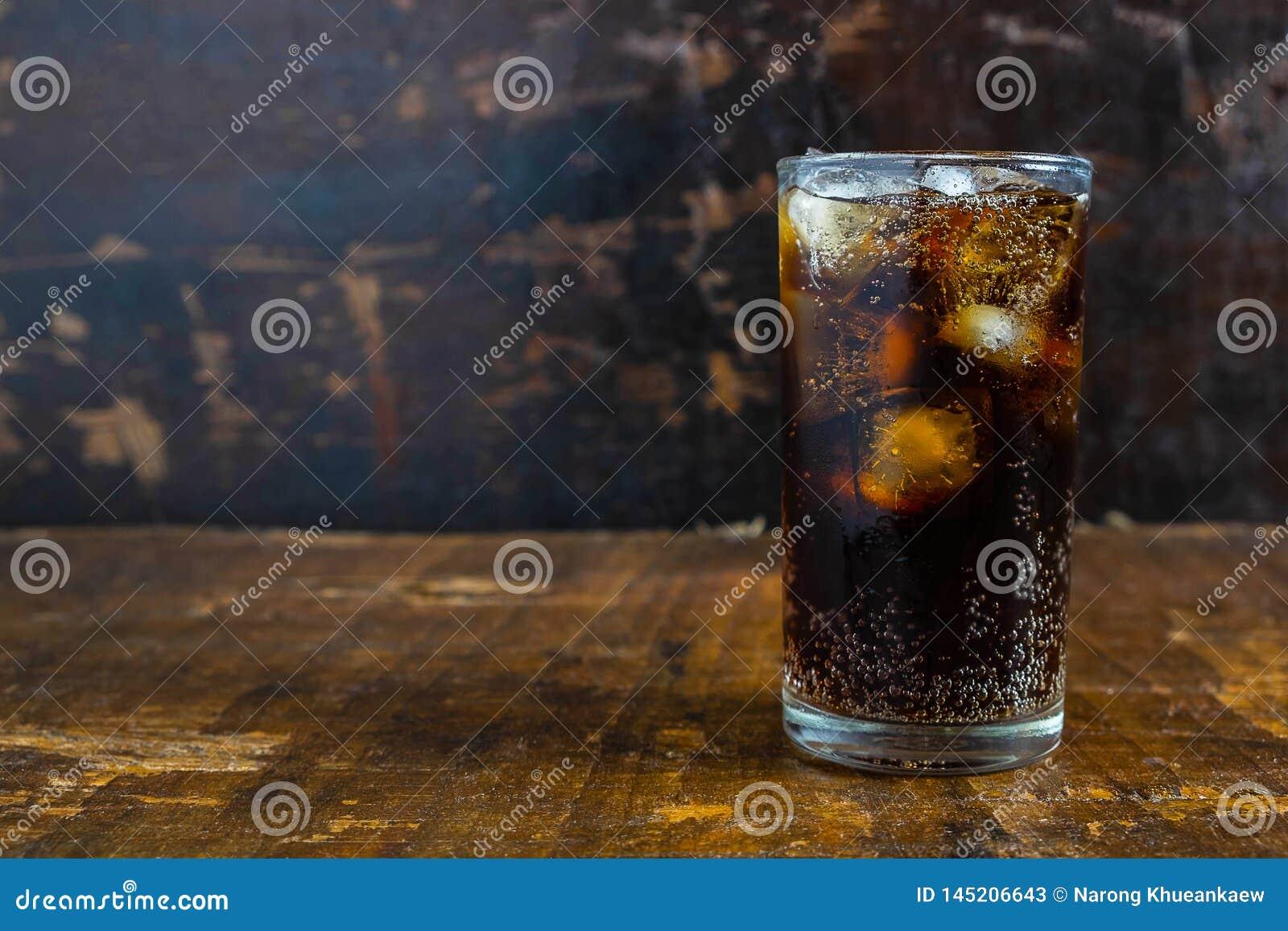 Bebida de la cola, refrescos negros en un vidrio en la tabla