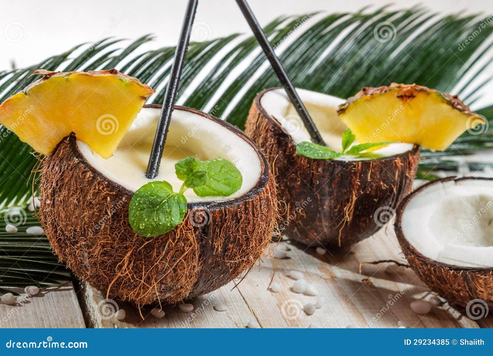 Download A Bebida De Pinacolada Com Hortelã Serviu Em Um Coco Fresco Imagem de Stock - Imagem de verde, bebidas: 29234385