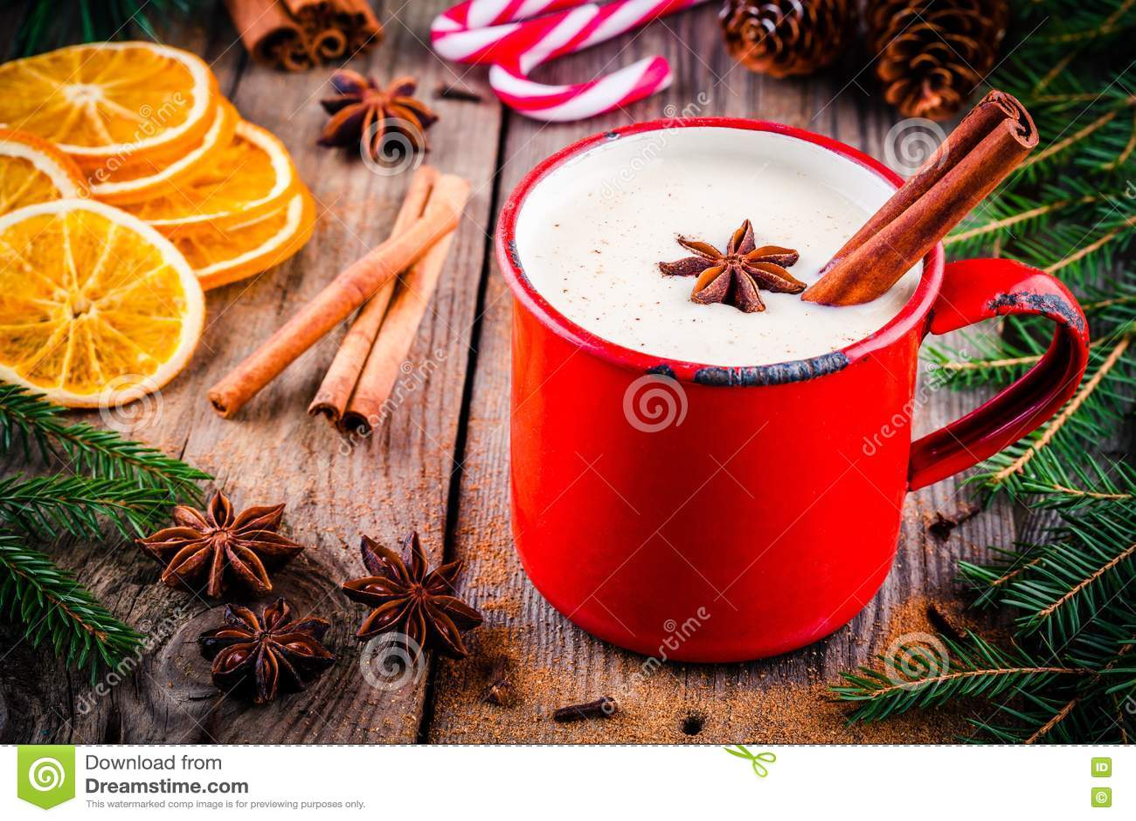 Bebida do Natal: gemada com canela e anis na caneca vermelha