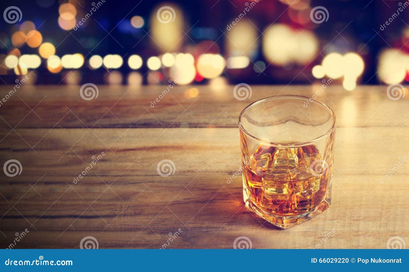 Bebida do uísque no fundo de madeira