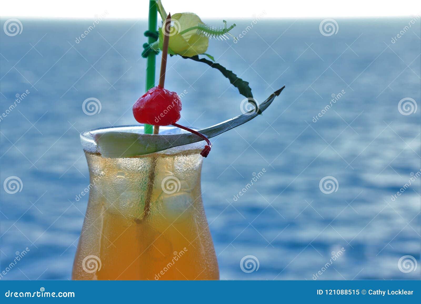 Bebida tropical con la fruta y el fondo azul del océano