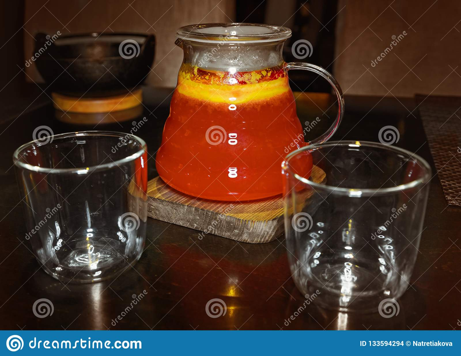 Bebida vermelha do chá do fruto e dois vidros