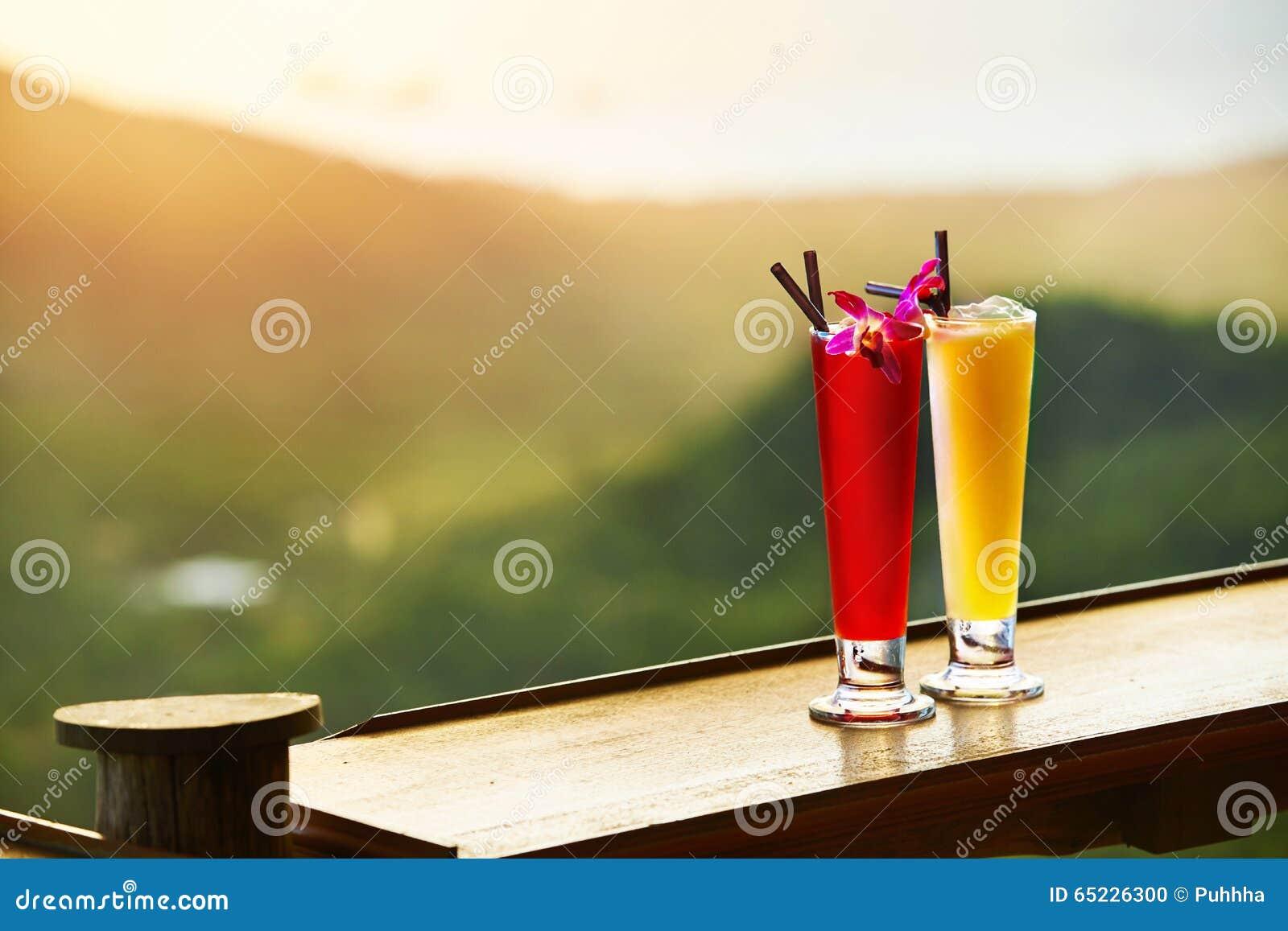Bebidas Cocktail exóticos na barra luxuosa Tailândia no fundo