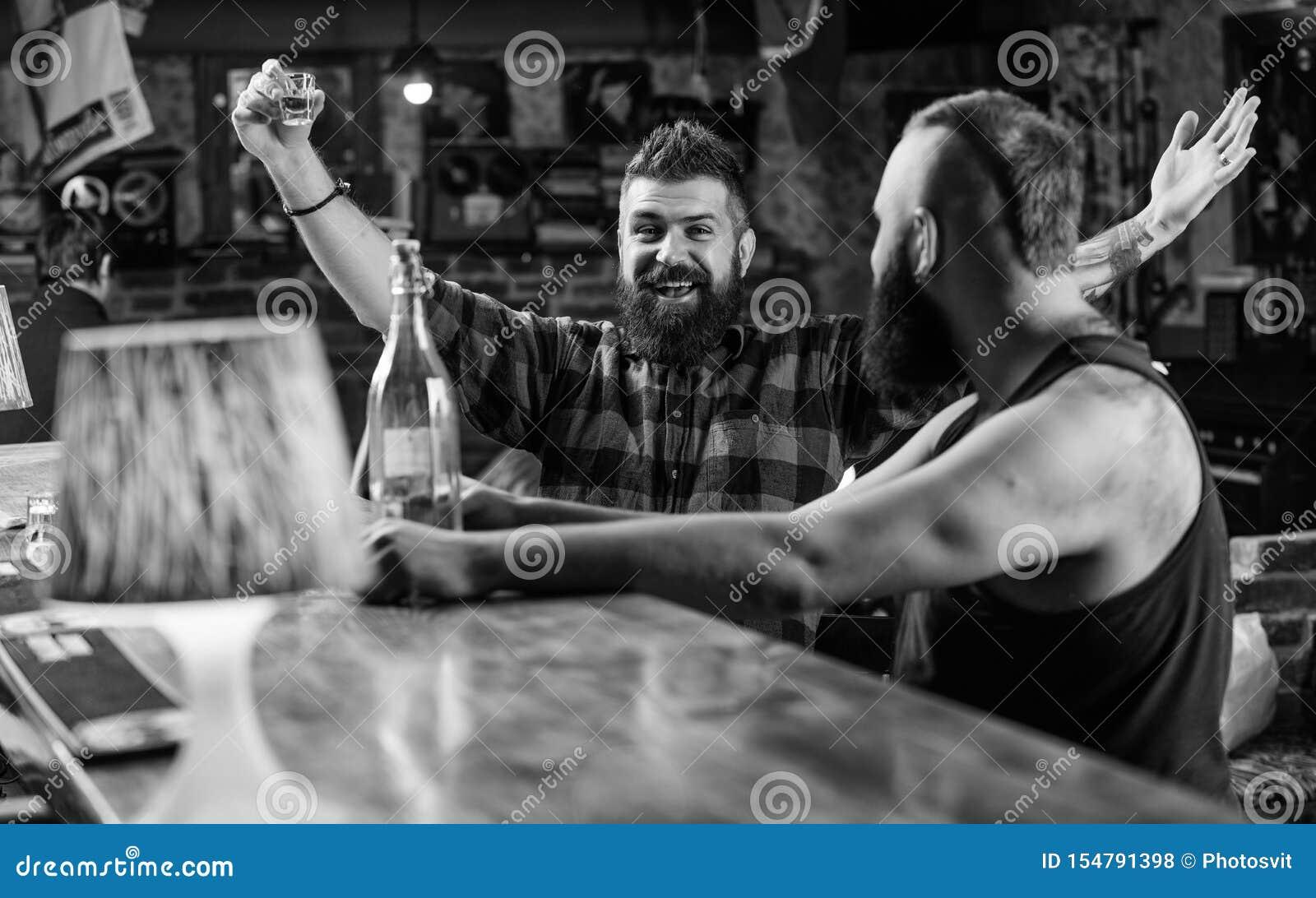 Bebidas fuertes del alcohol Cientos zloty polacos en un vidrio Amigos que se relajan en pub Relajaci?n bebida hombres en el pub q