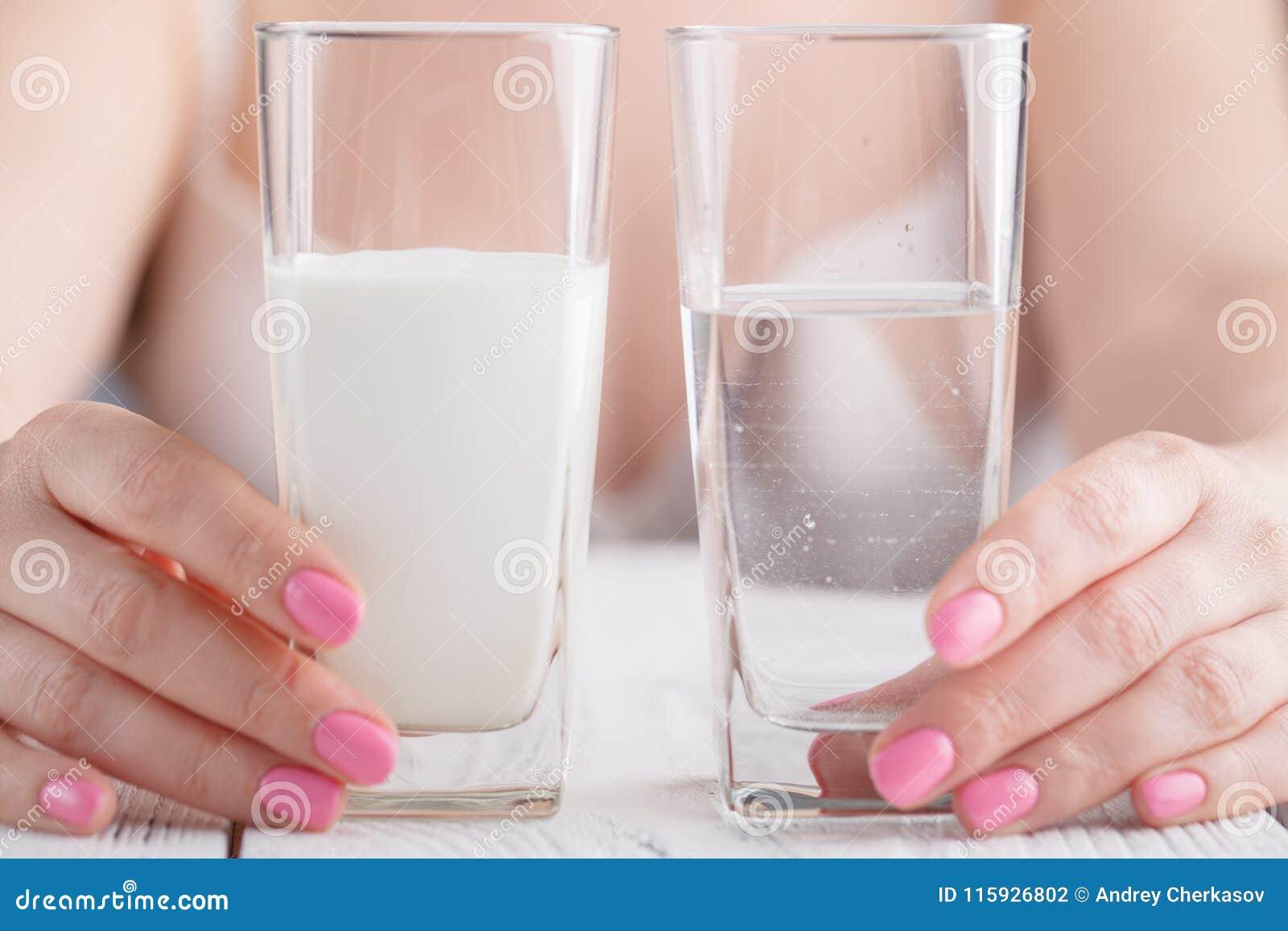 Bebidas sanas en manos femeninas