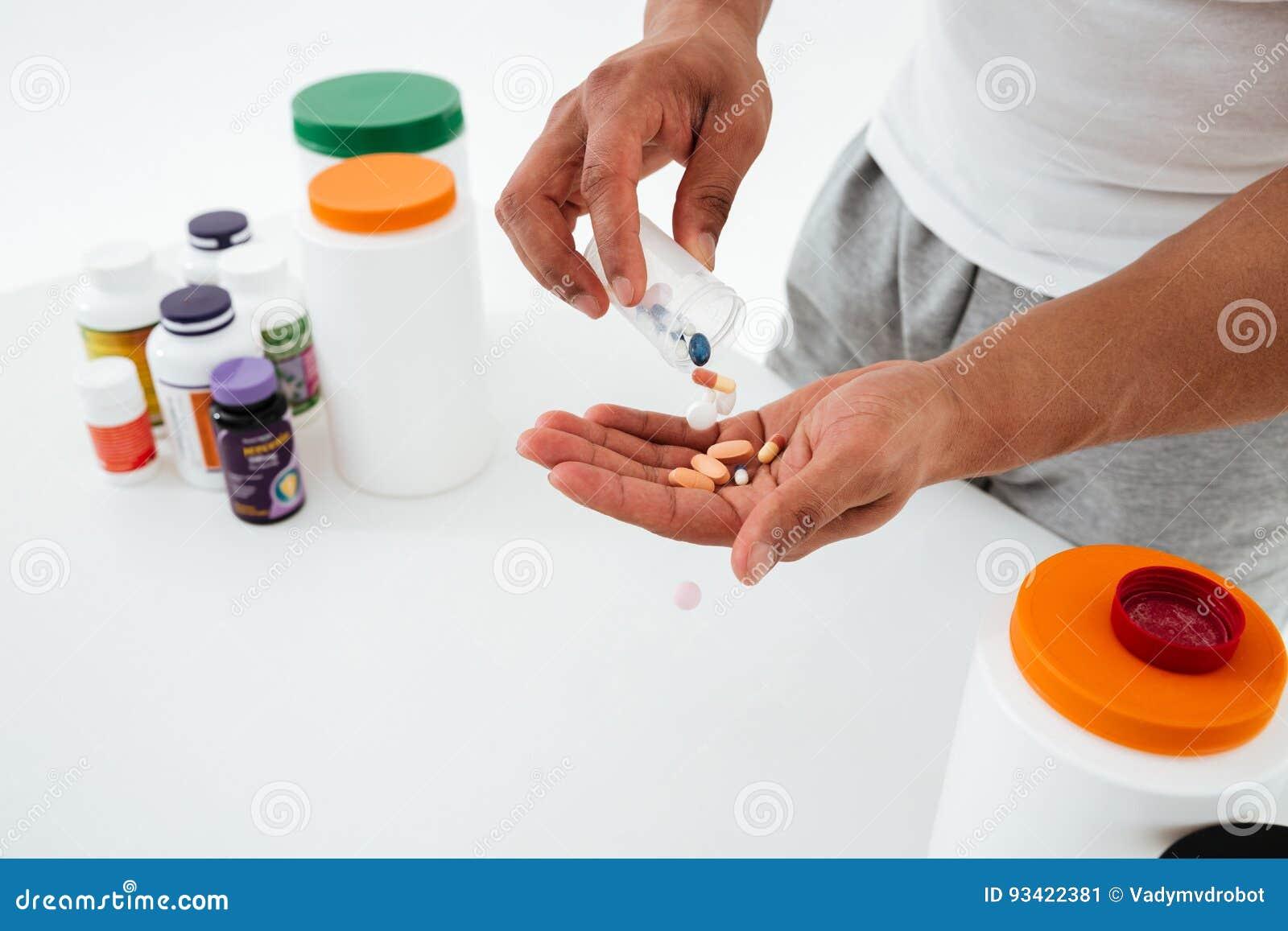 Bebouwd beeld van de jonge vitaminen van de sportmanholding en sportpillen