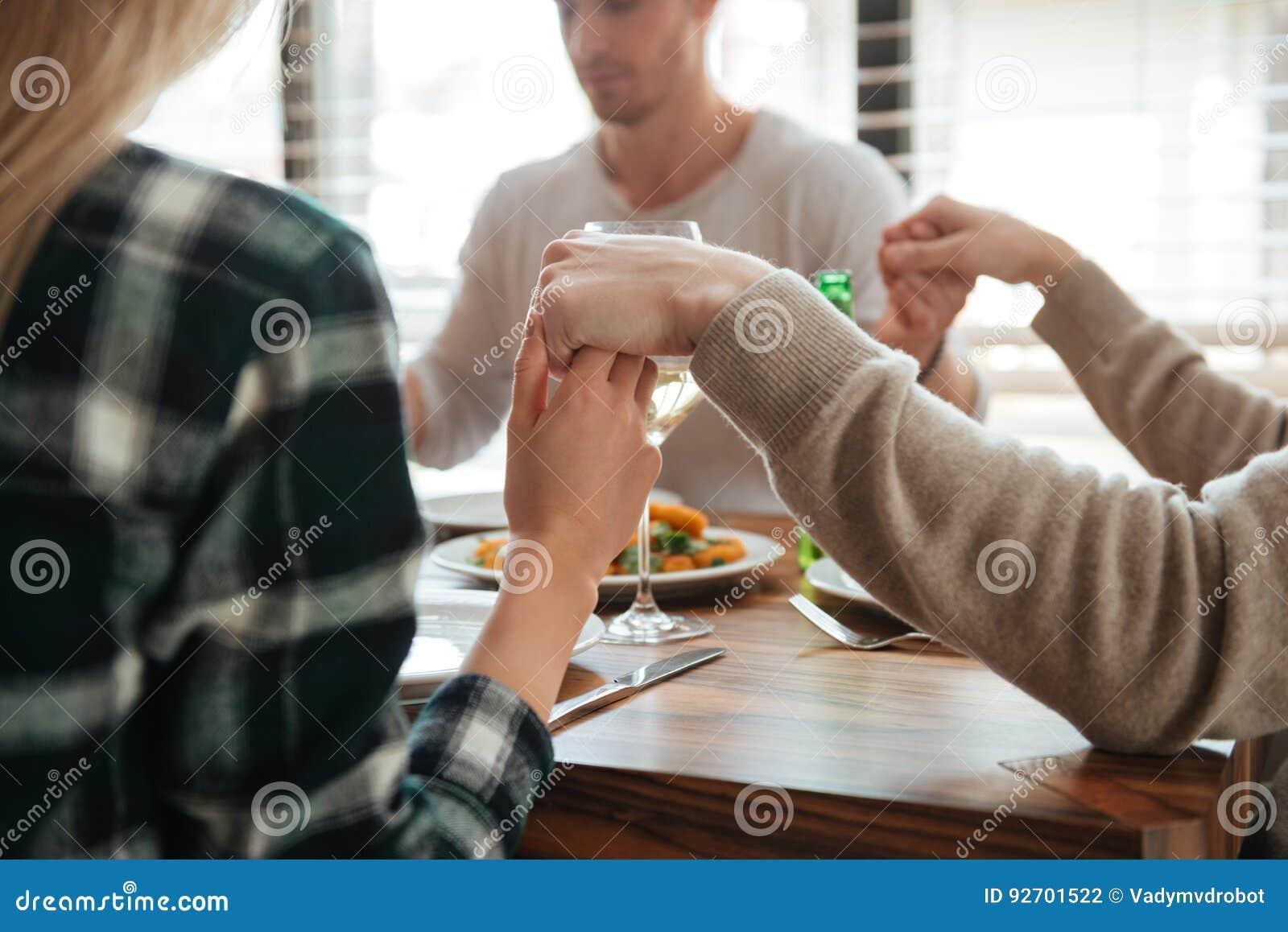 Bebouwd beeld van mensen die handen en het bidden houden