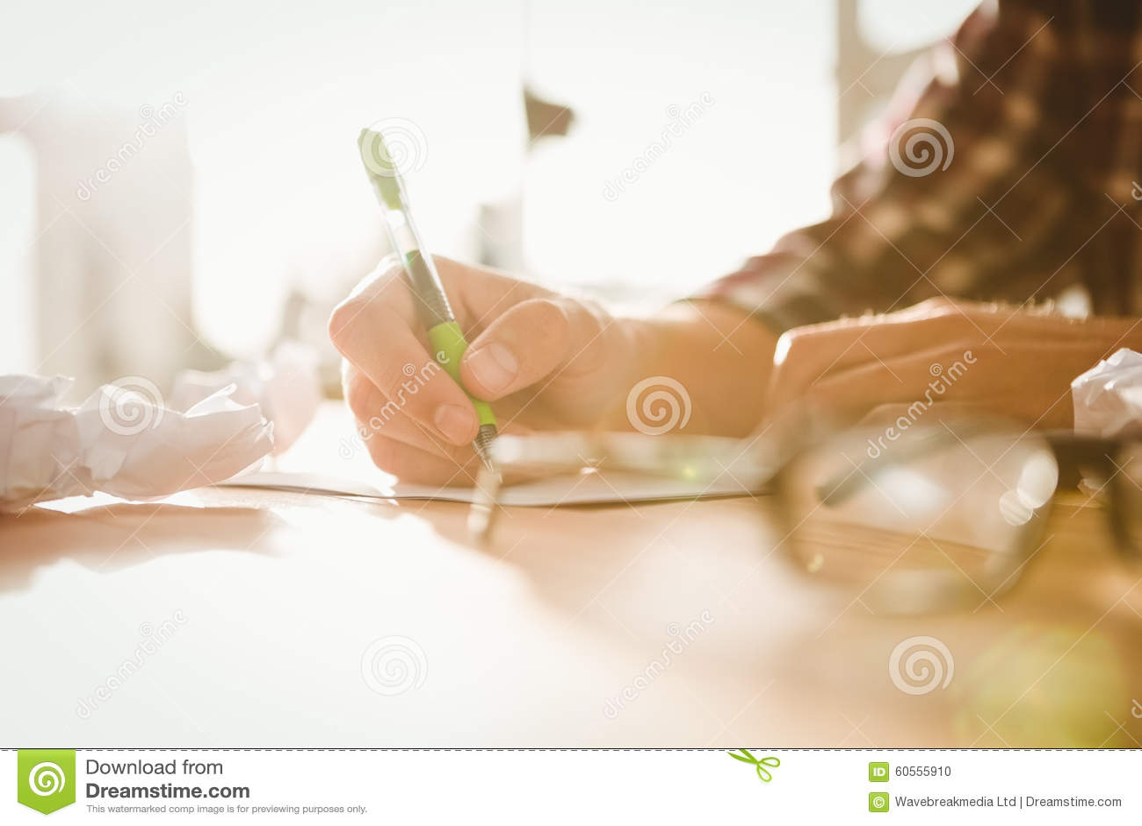 Bebouwd beeld van zakenman het schrijven op papier