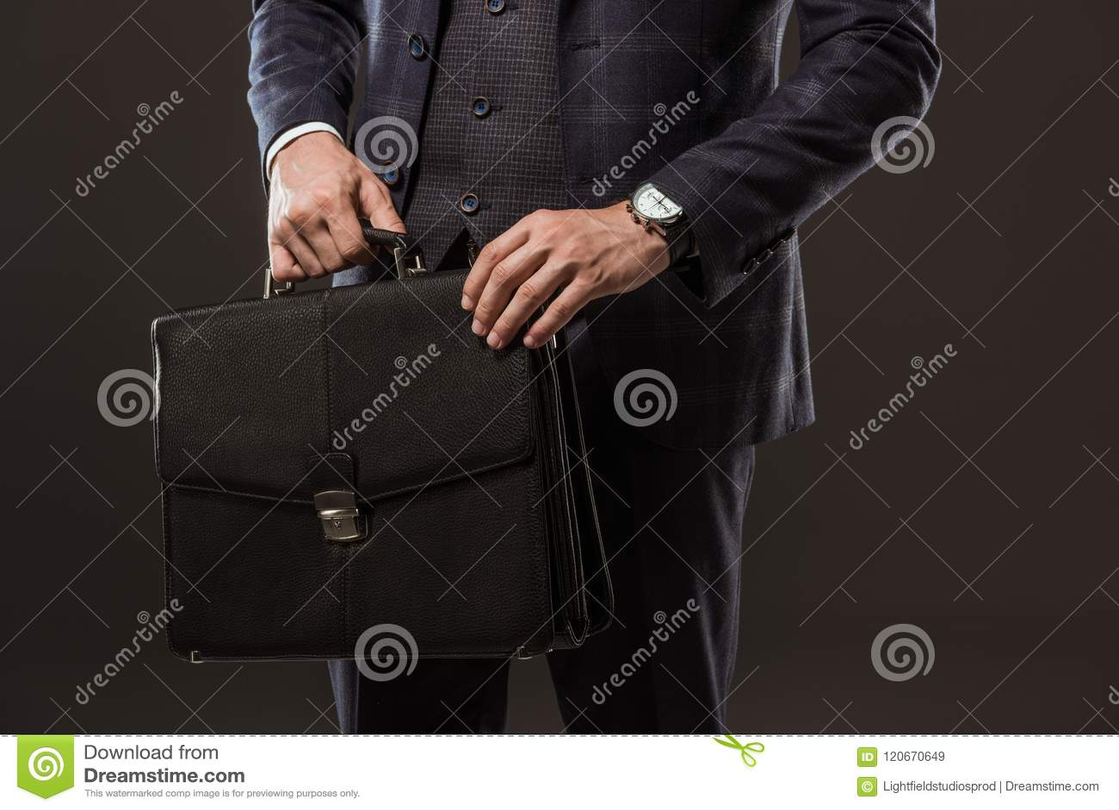 Bebouwd schot van de aktentas van de zakenmanholding