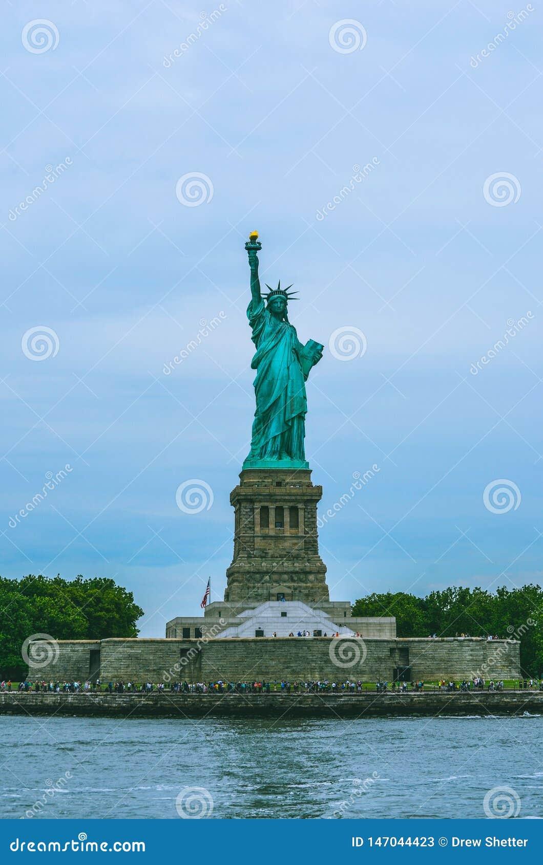 Bebouwd schot van Standbeeld van Vrijheid met water en hemel
