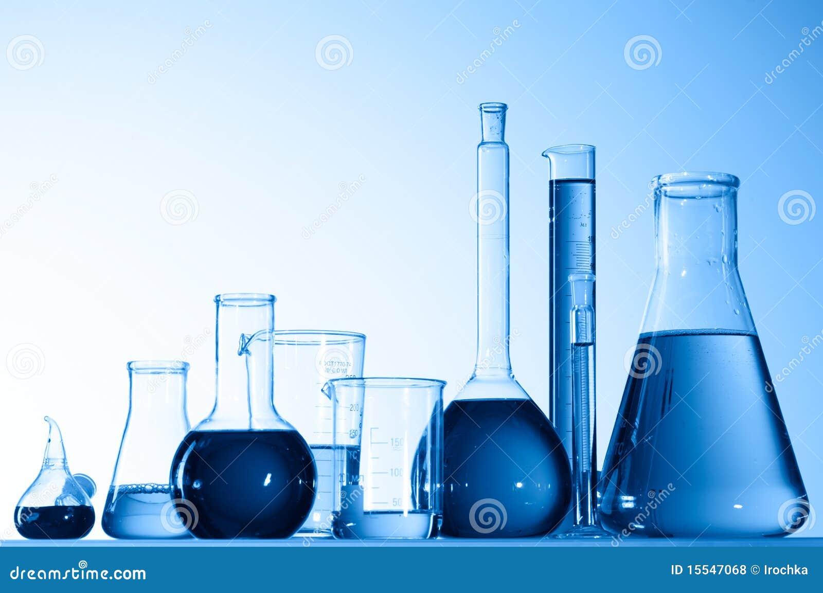 Bechers en verre avec le liquide bleu