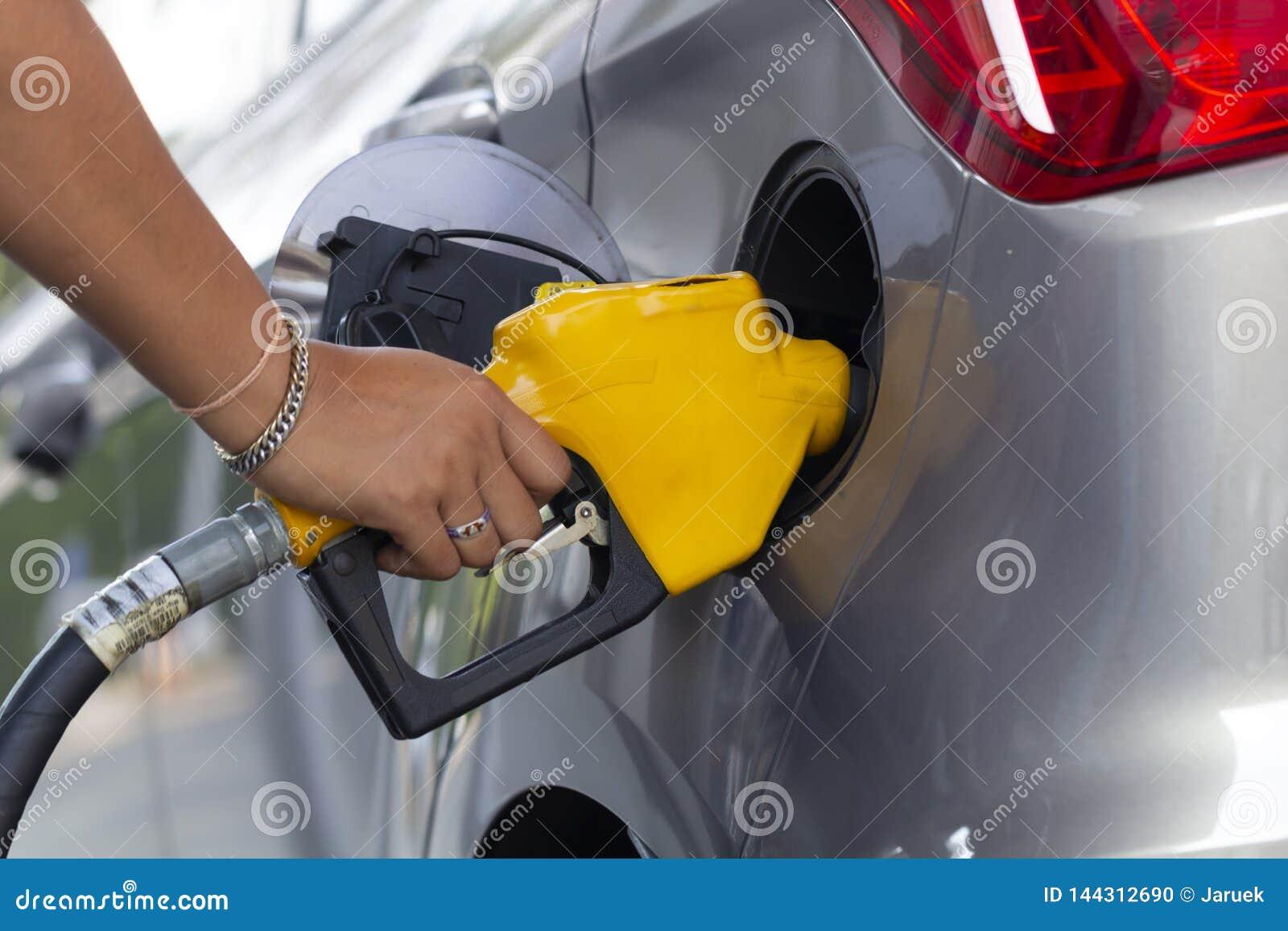 Becs remplissants de pompe à essence d huile dans le service de station service