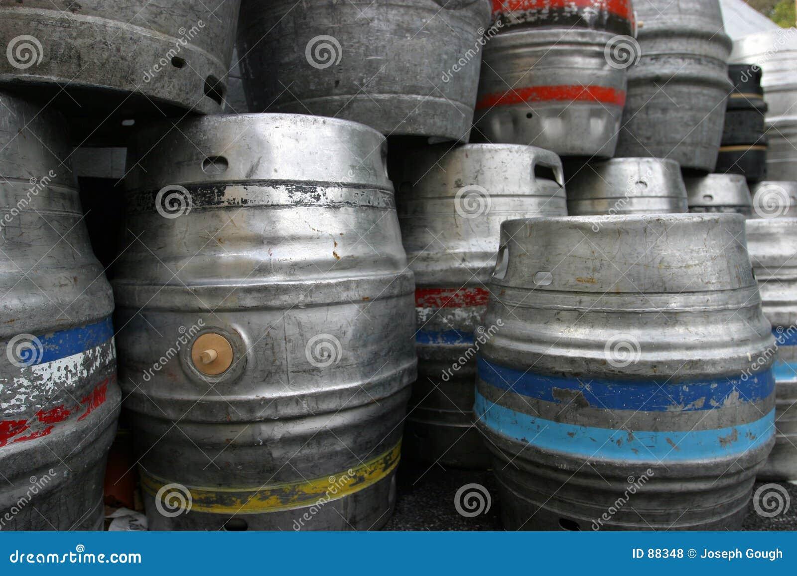 Beczkuje beczki piwa
