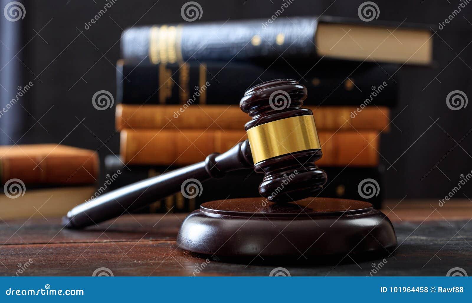 Bedöma auktionsklubban på ett träskrivbord, bakgrund för lagböcker