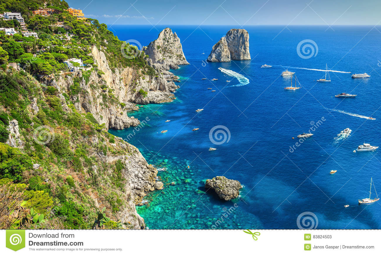 Bedöva den Capri ön, stranden och Faraglioni klippor, Italien, Europa